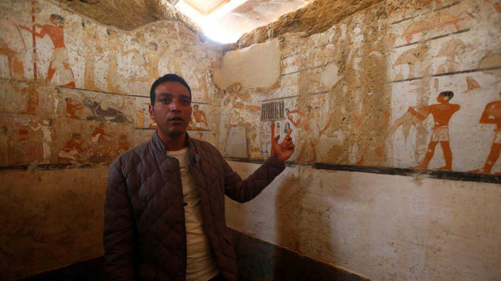 Un guía del Ministerio de Antigüedades de Egipto muestra la tumba hallada en Guiza
