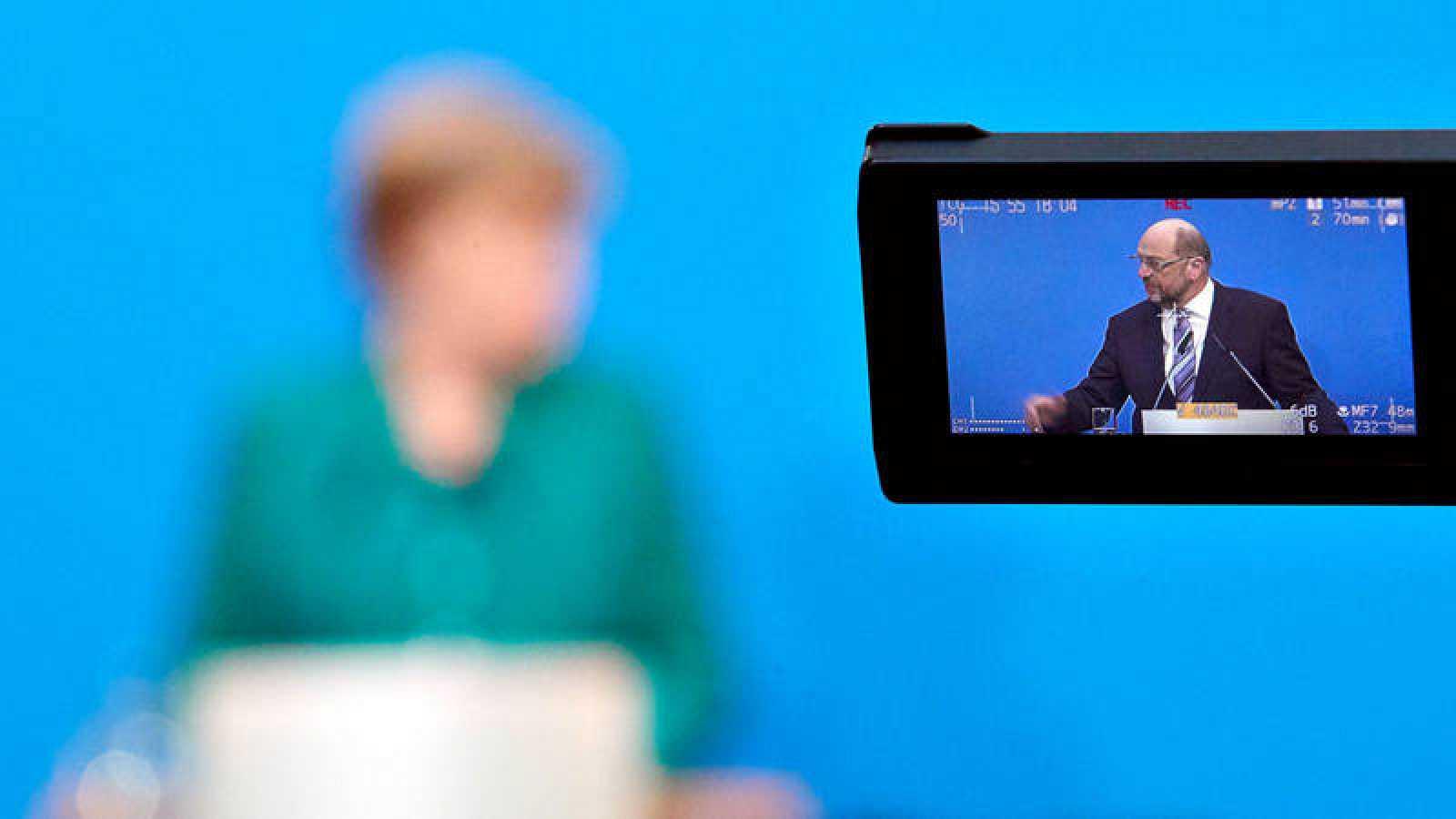 La canciller alemana, Angela merkel, y el líder socialdemócrata, Martin Schulz, durante la rueda de prensa en la que anunciaron el acuerdo para una gran coalición