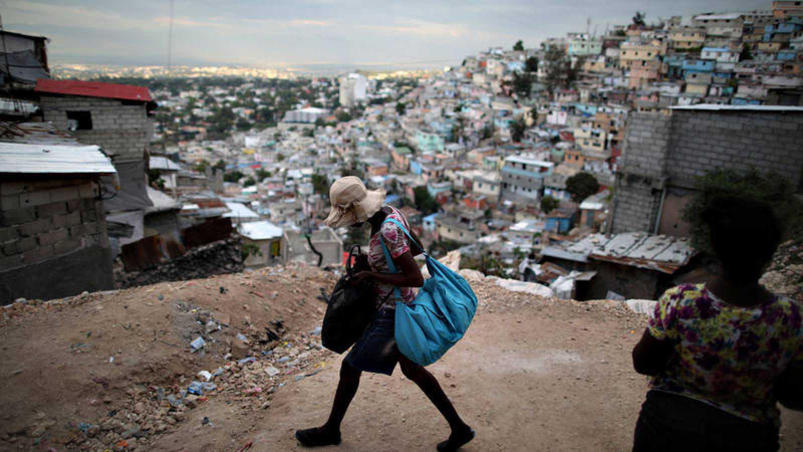 Una mujer pasa por un suburbio de Puerto Príncipe, la capital de Haití