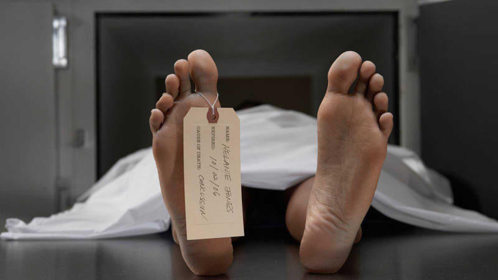 Un cadáver sobre una mesa de autopsias