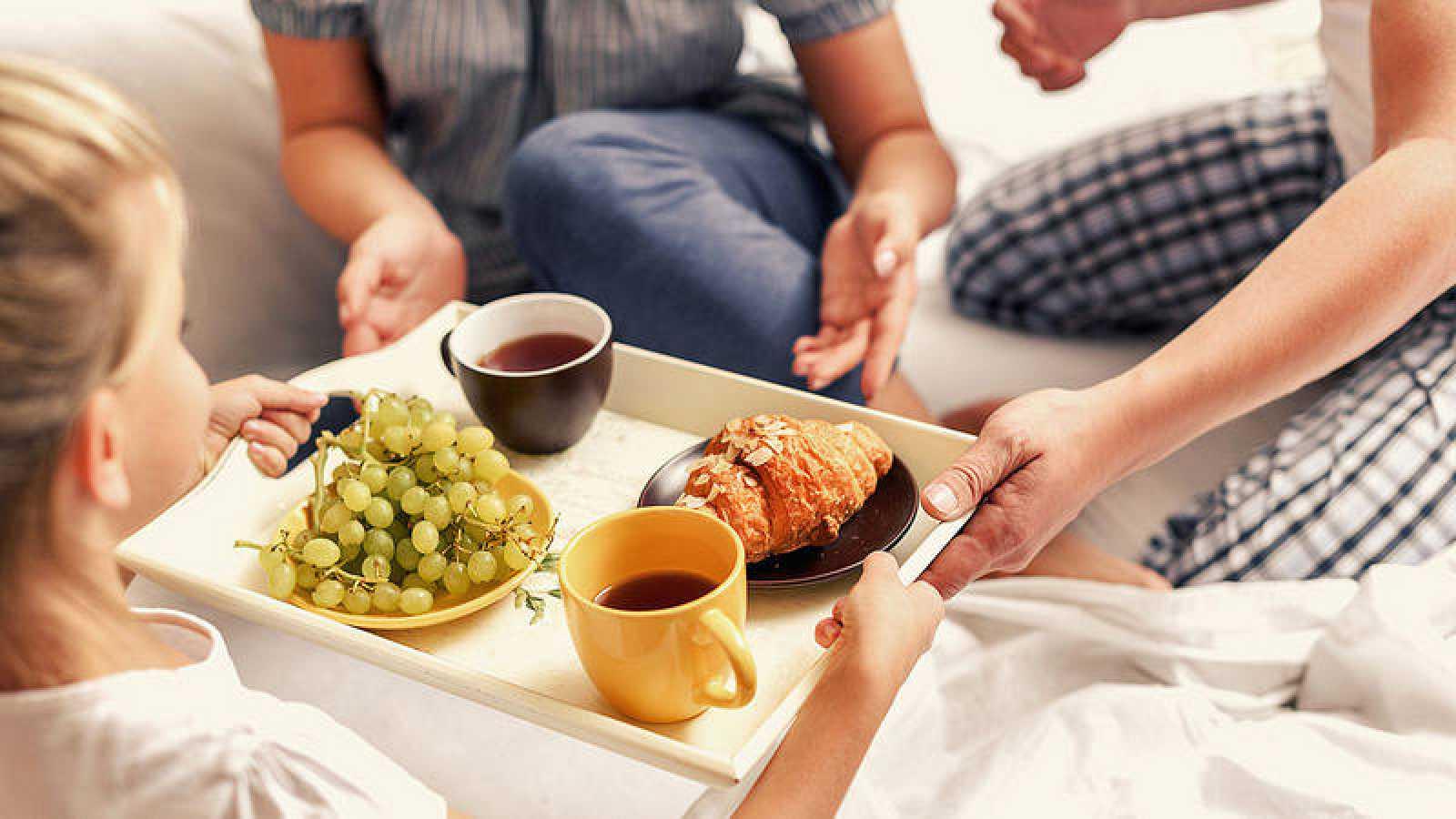 Desayuno completo que incluye tres grupos de alimentos básicos como la leche, la fruta y los cereales