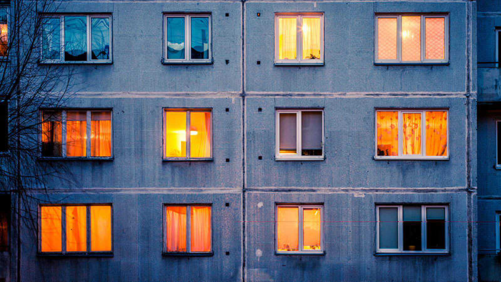 Fachada de un edificio con ventanas iluminadas