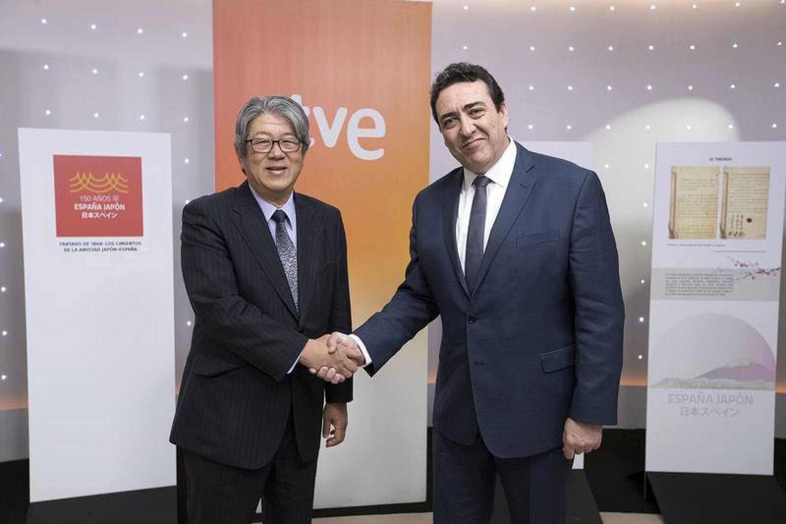 El embajador de Japón en España, Masashi Mizukami, y el director de La 2, Juan Manuel Hidalgo, durante la presentación de la programación especial