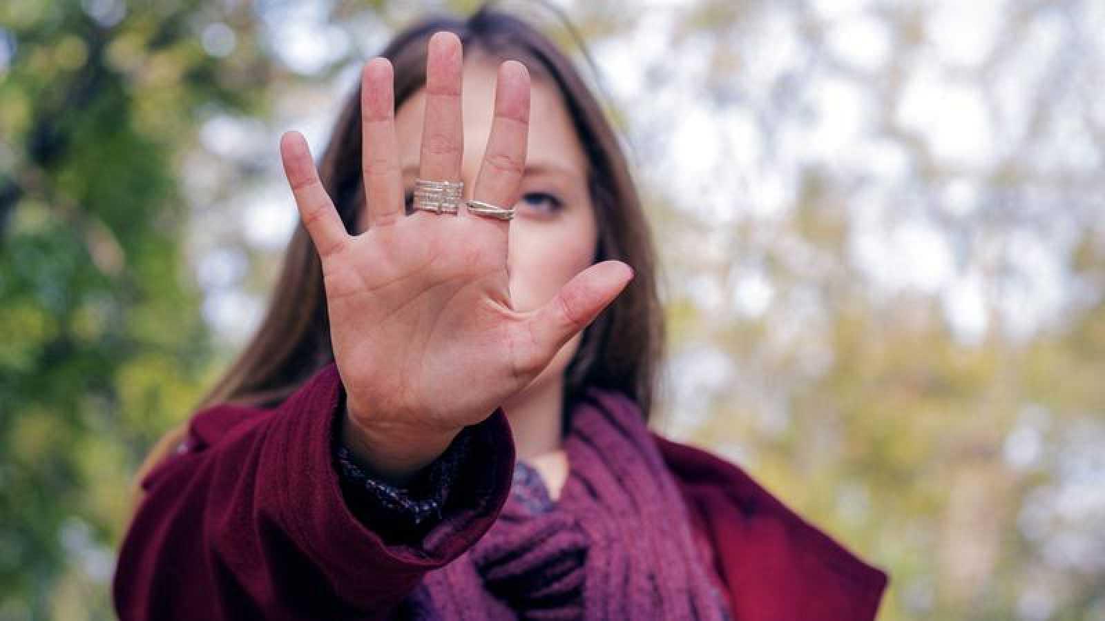Imagen recurso de una mujer diciendo 'no' al maltrato