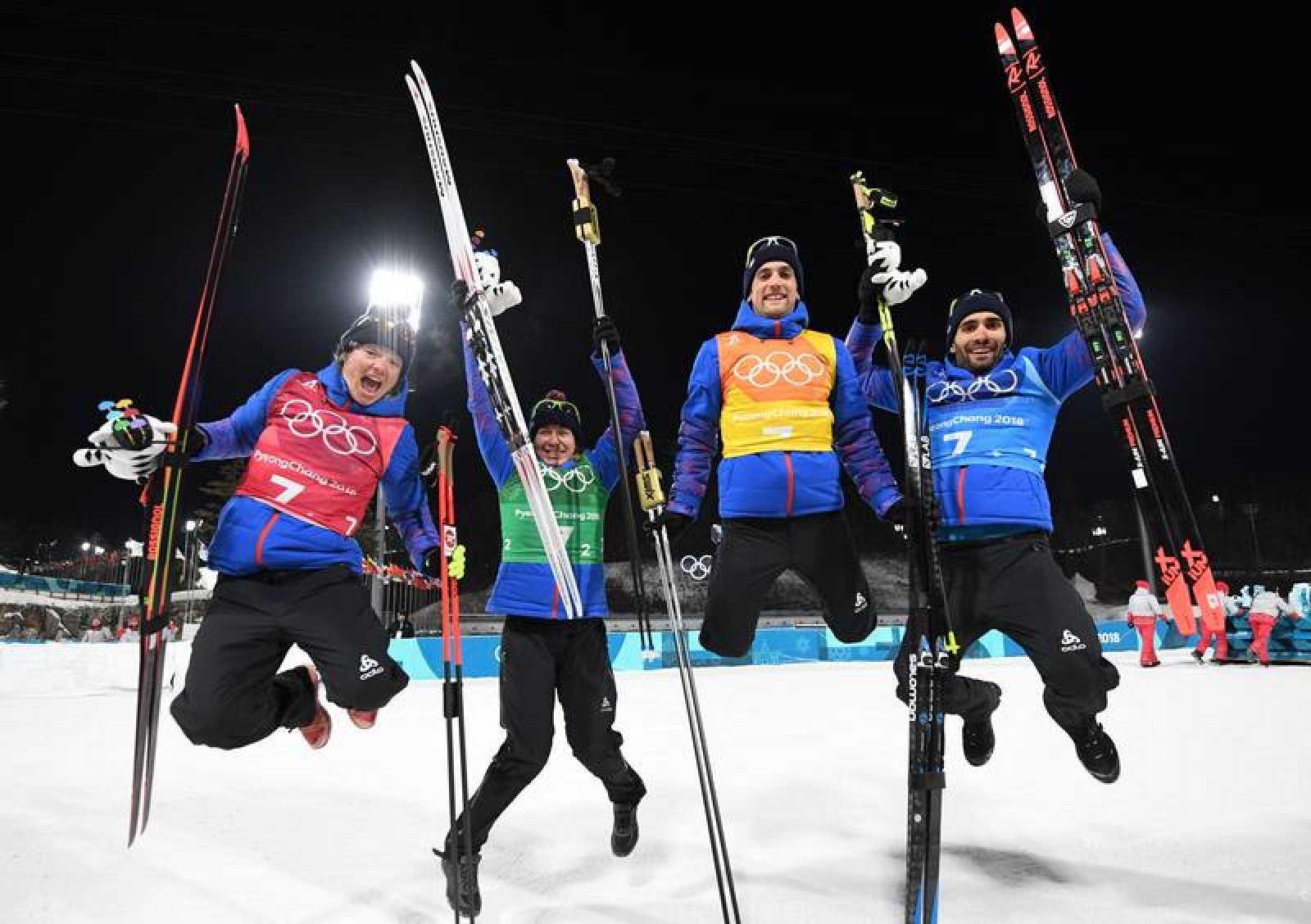 El equipo francés de biathlon celebra su triunfo.