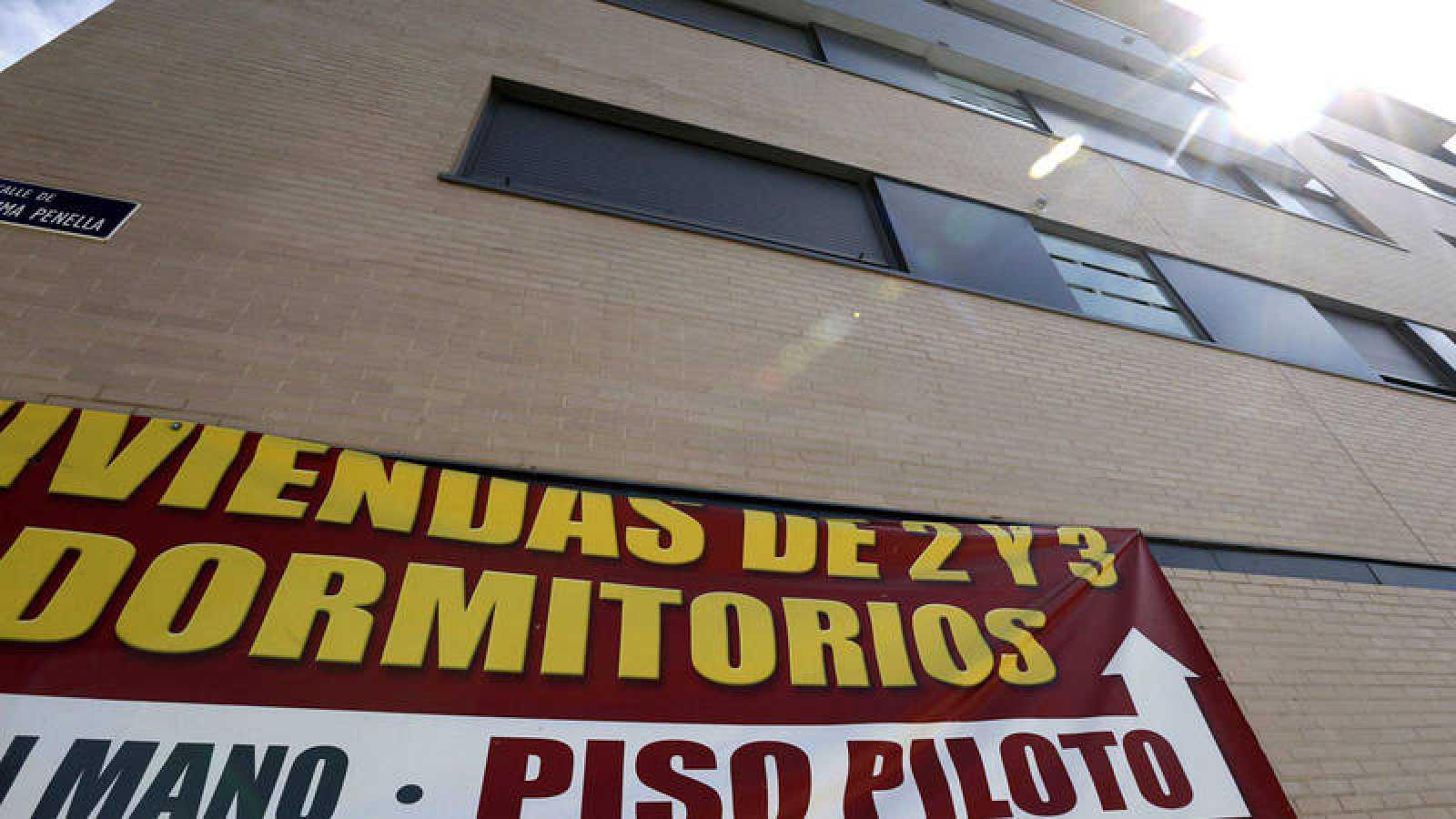Cartel de venta de viviendas en un edificio del barrio madrileño de Valdebebas
