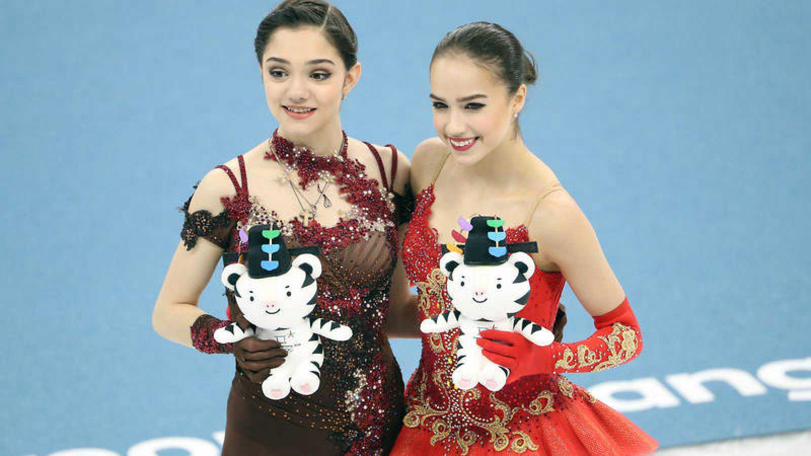 Doblete ruso en patinaje artístico femenino con la plata de Medvedeva (i) y el oro de Zagitova (d).