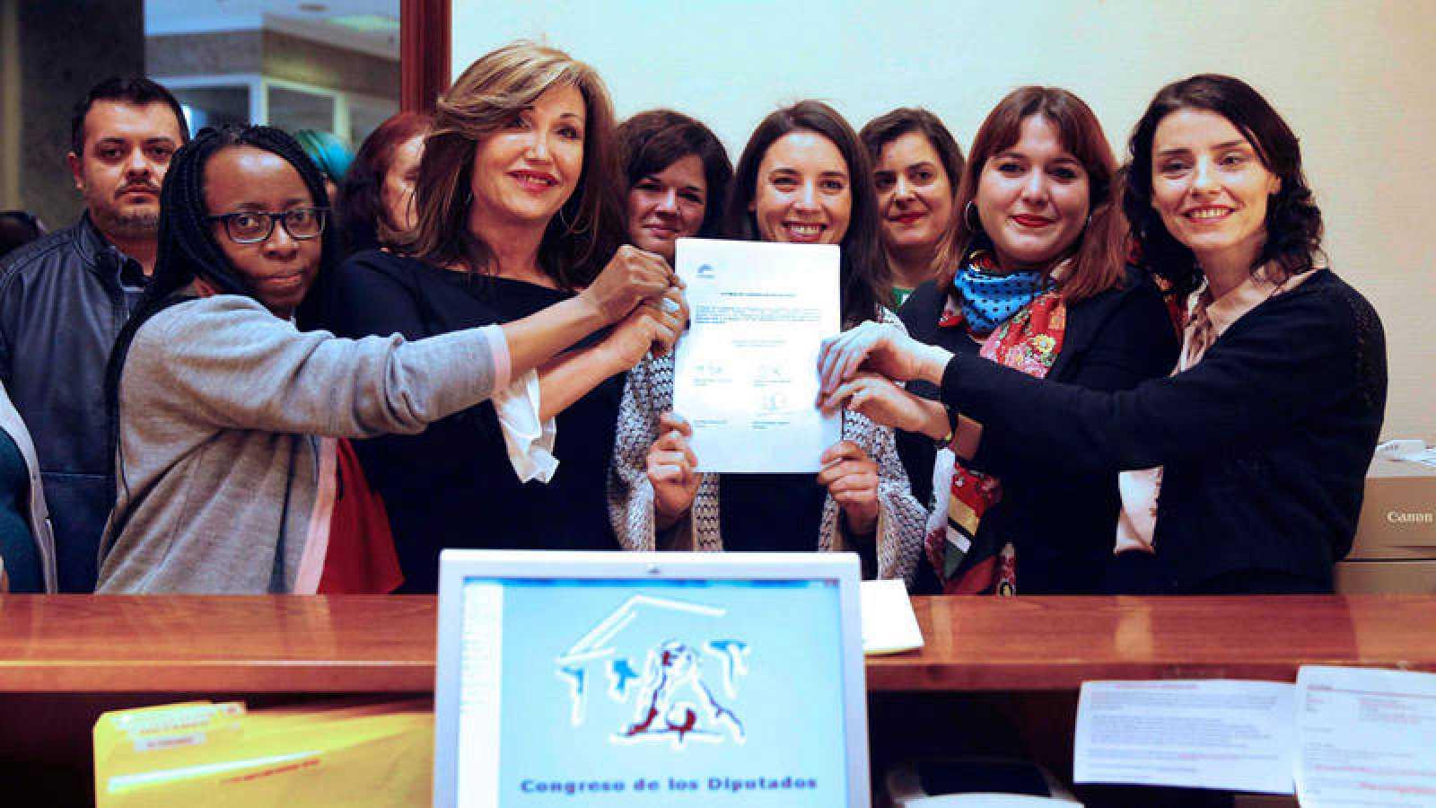 Miembros del Grupo Parlamentario Unidos Podemos-En Comú Podem-En Marea presenta la Proposición de ley sobre transexualidad