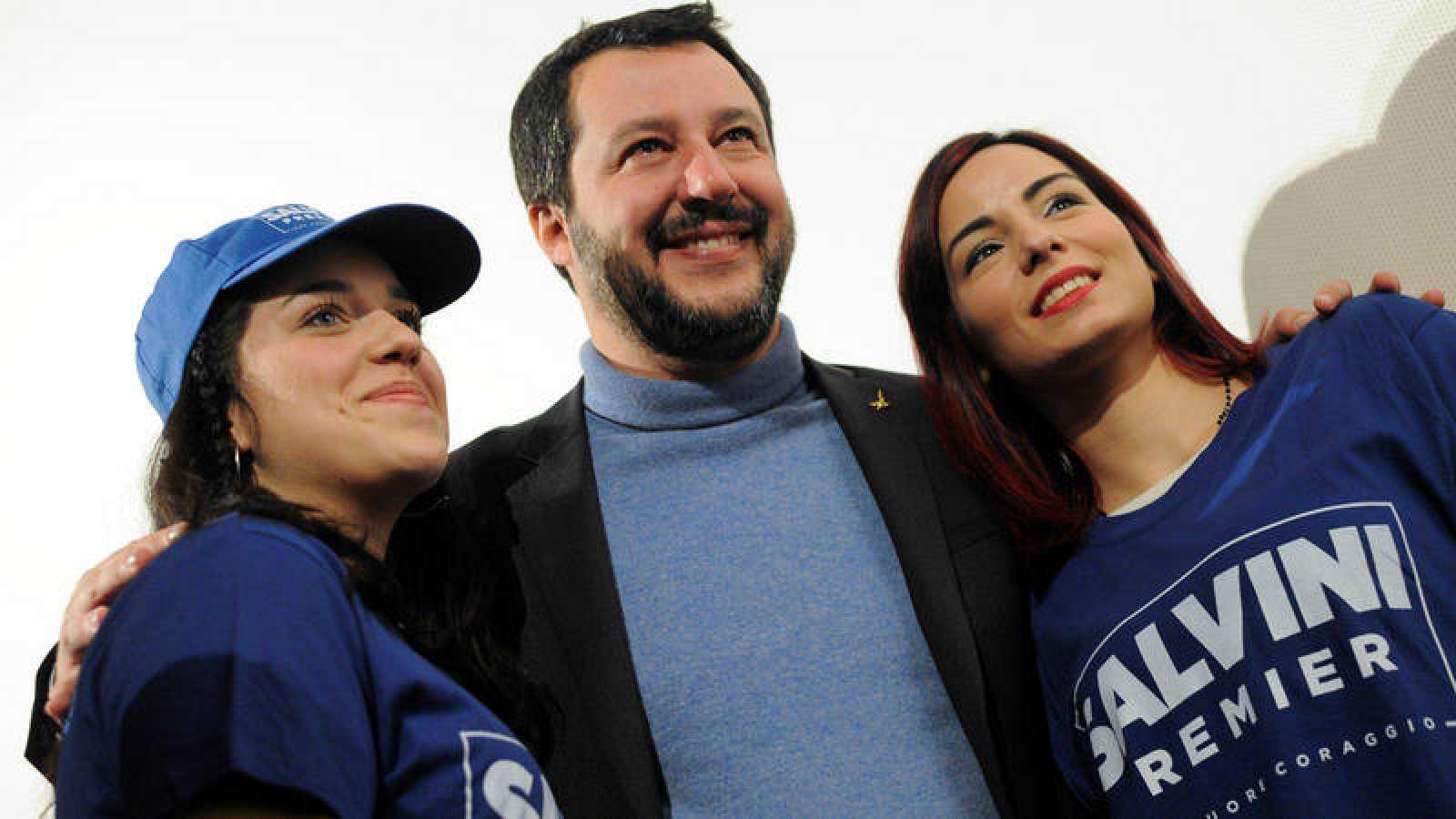 El líder de la Liga, Matteo Salvini, posa con sus simpatizantes en un mitin en Palermo