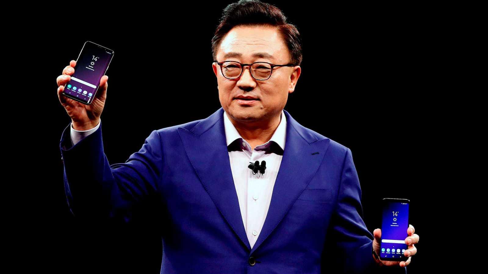 El presidente de Samsung, DJ Koh, muestra los nuevos terminales de la compañia coreana, el S9 y el S9 Plus (i)