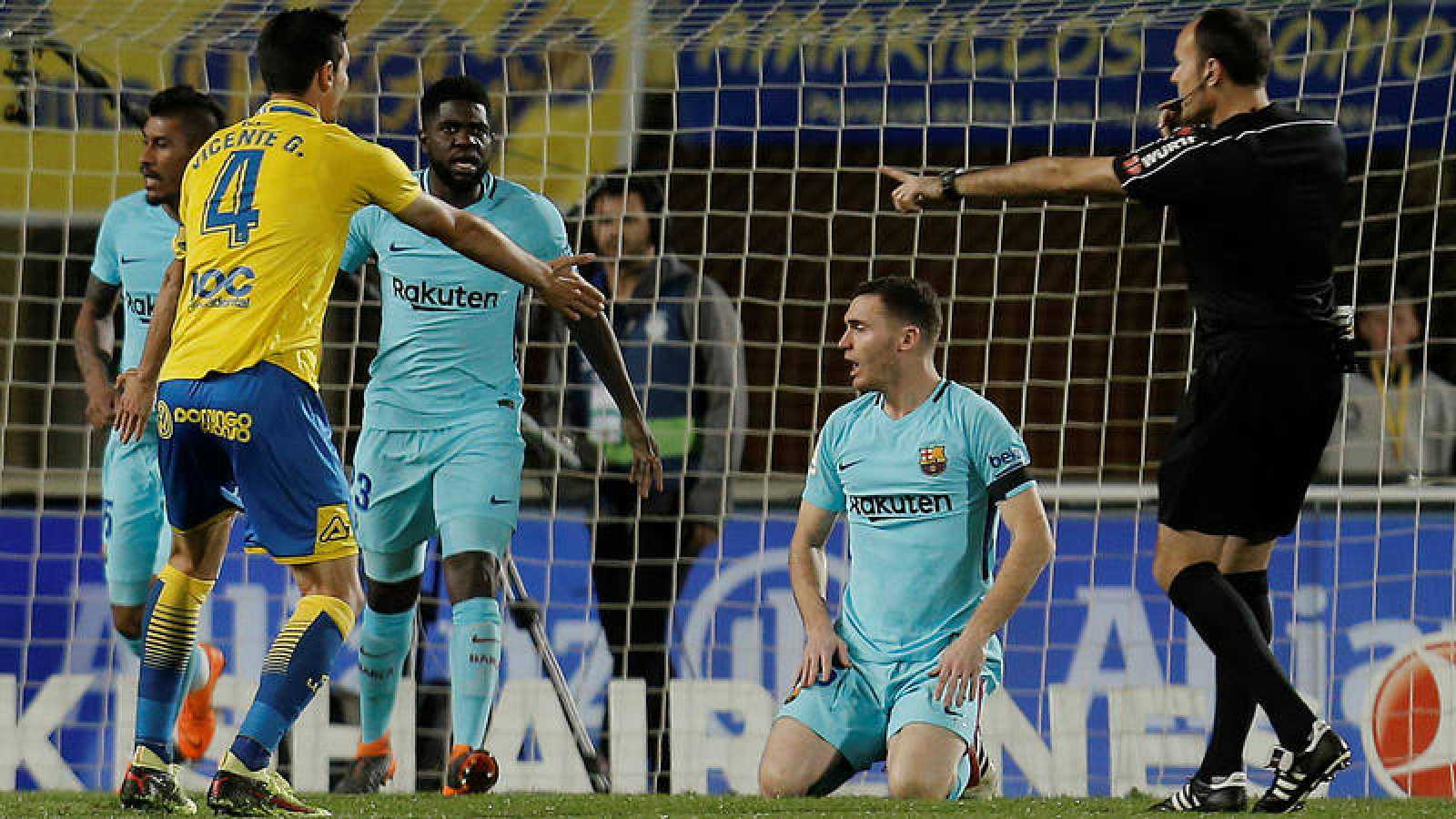 Mateu Lahoz (derecha) pita penalti en el área del Barça.
