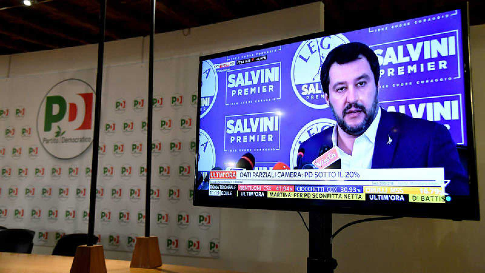 Una pantalla de la sede del Partido Demócrata muestra al líder de la Liga Norte, Matteo Salvini