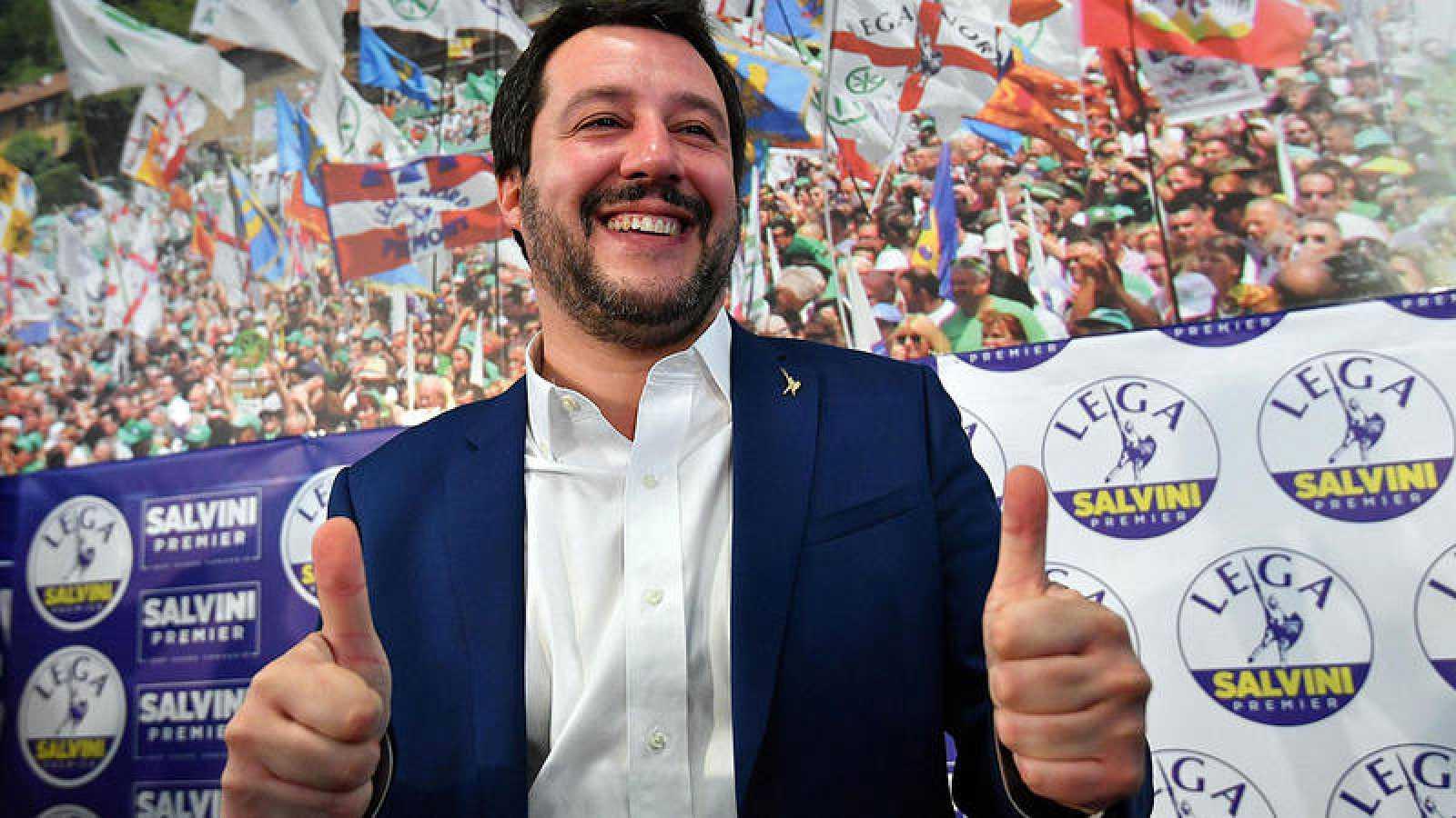 Matteo Salvini, líder de la Liga Norte, celebra el buen resultado de su partido tras las elecciones italianas.