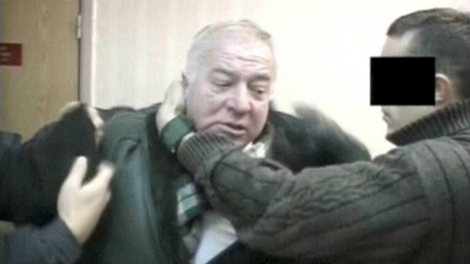 Fotografía de archivo de Sergei Skripal, en el momento de su detención por oficiales rusos en 2006