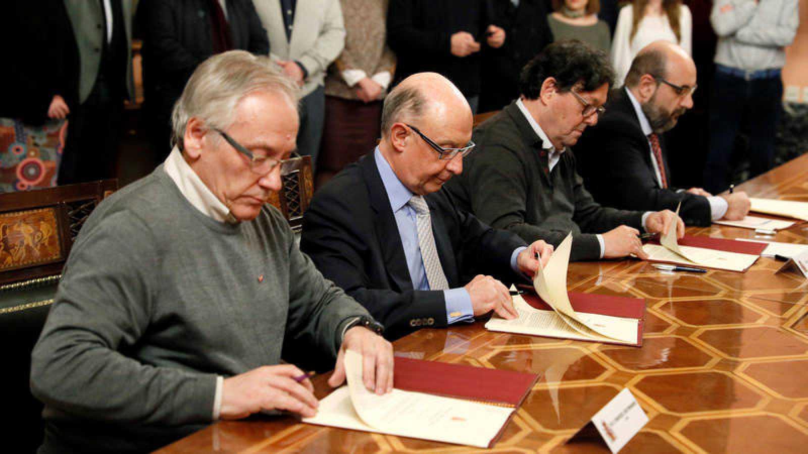 El ministro de Hacienda, Cristóbal Montoro, firma el acuerdo sobre los funcionarios con los sindicatos
