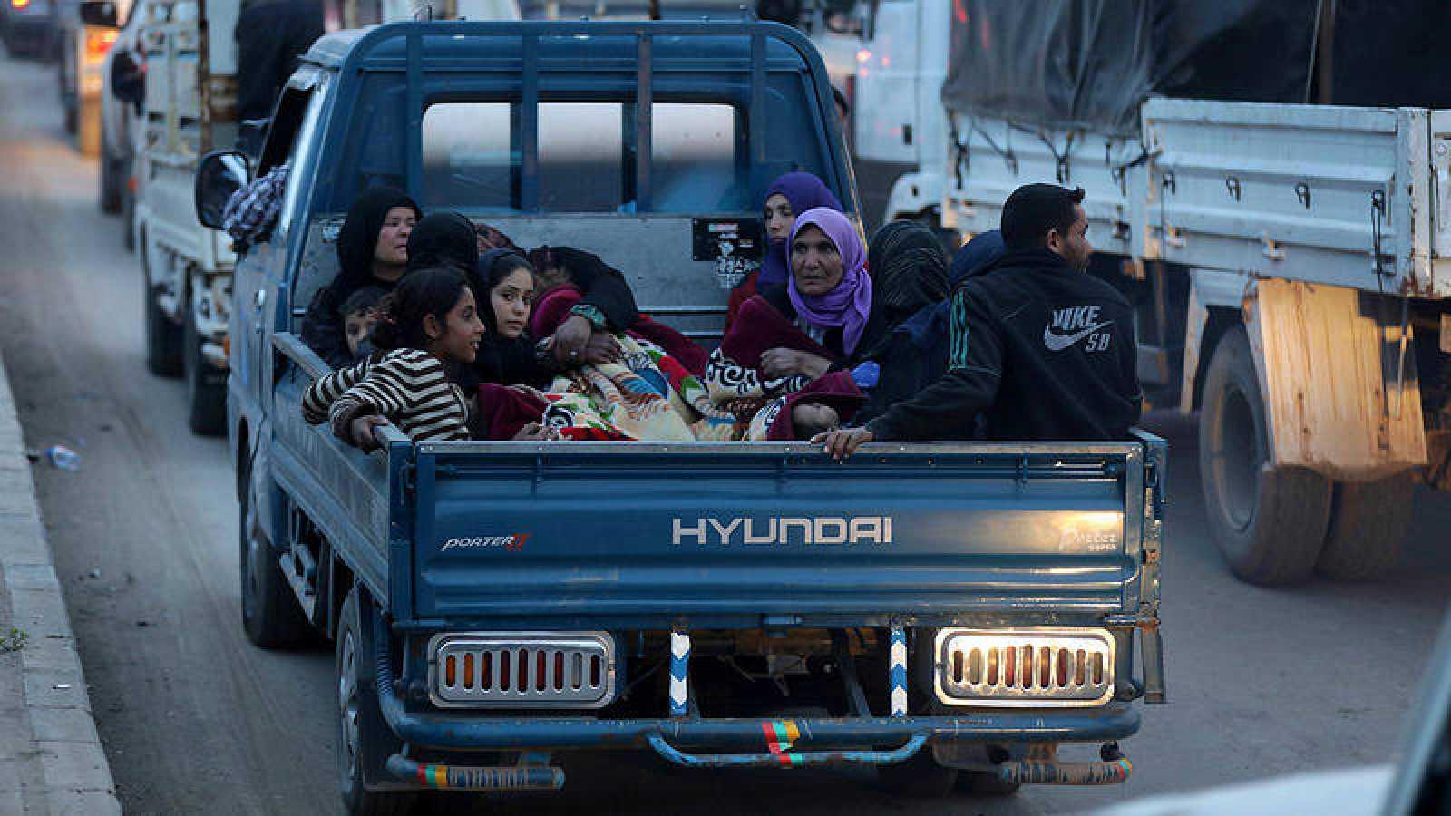 Civiles abandonan Afrin, en Siria