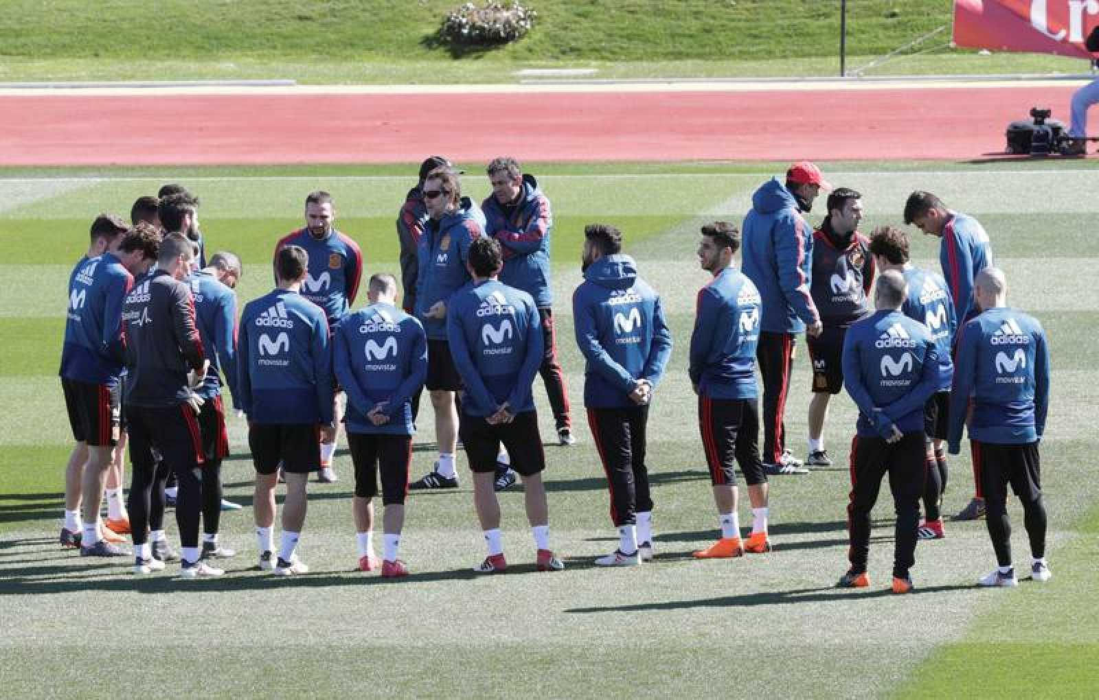 El entrenador de la selección española de fútbol, Julen Lopetegui (c) se dirige a sus jugadores durante el entrenamiento.