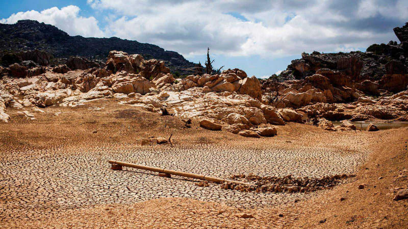 Un embalse seco en Piketberg, al norte de la localidad sudafricana de Ciudad del Cabo
