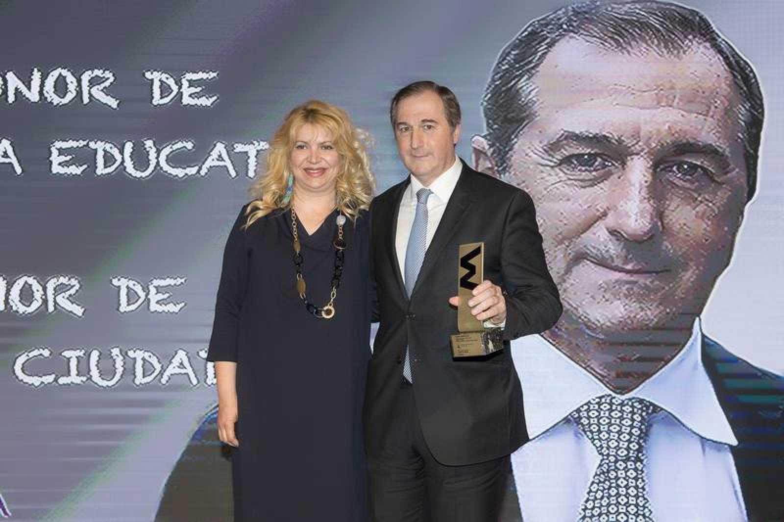La presidenta de la Fundación Mundo Ciudad, María Cansino, ha entregado el galardón al director de TVE, Eladio Jareño