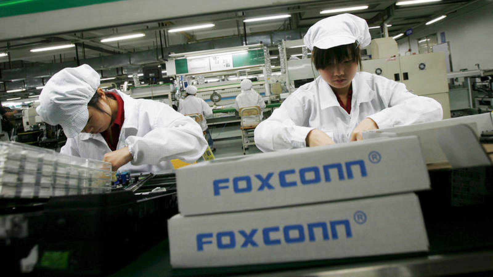 Varias trabajadoras en una planta de montaje de productos de la empresa Foxconn, proveedora de Apple