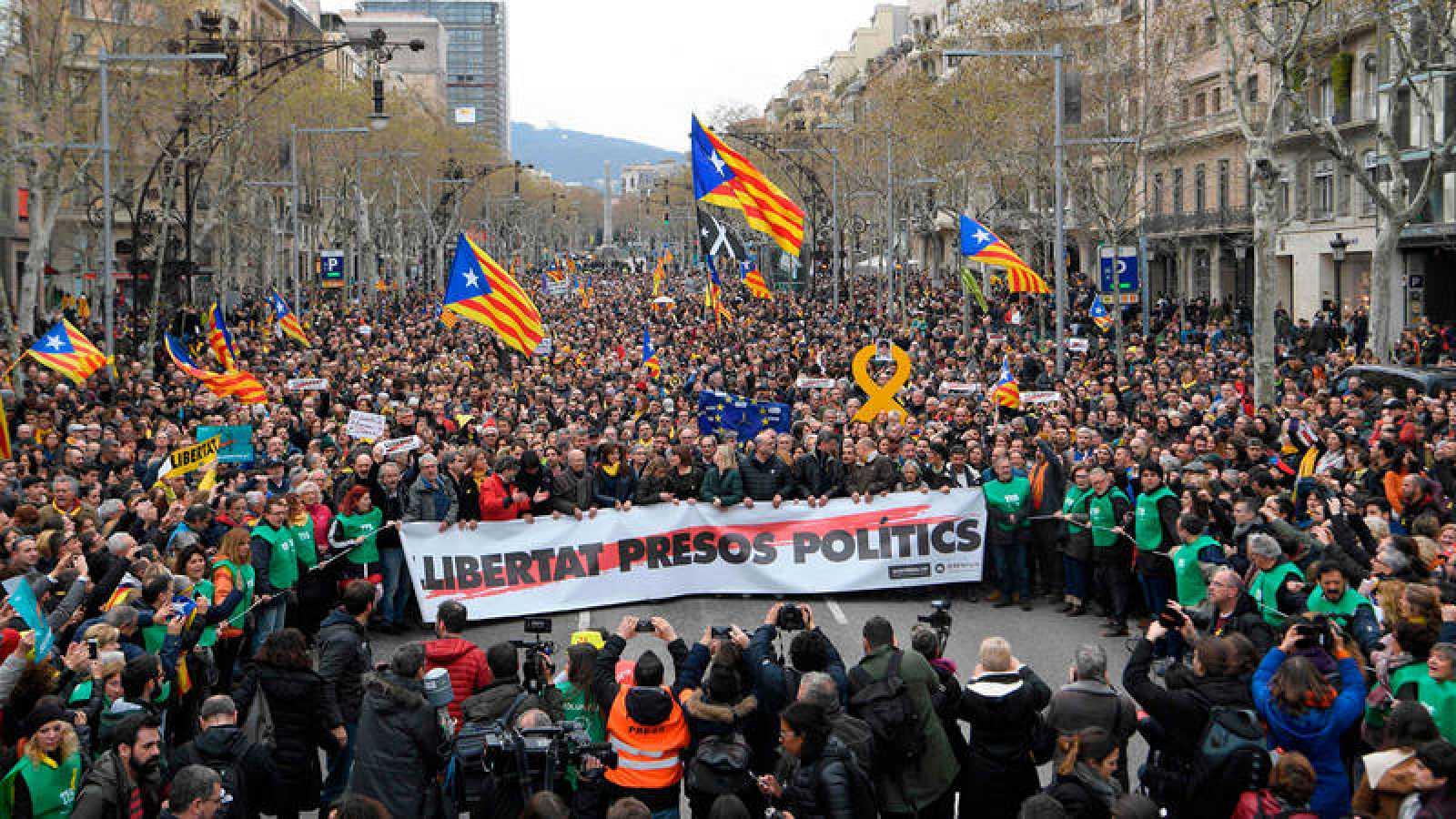 Manifestantes a las puertas de la sede de la Comisión Europea en Barcelona