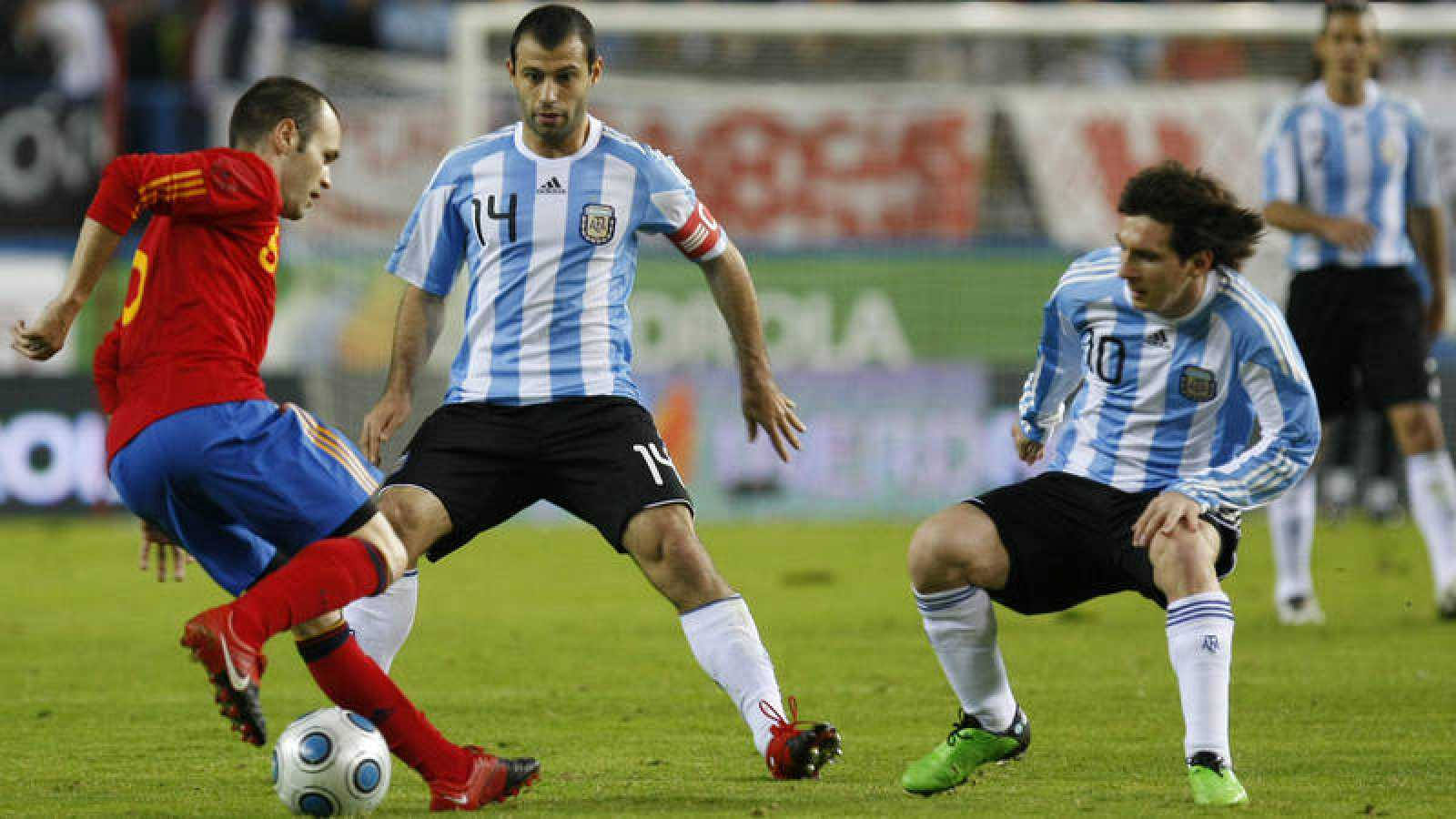 Imagen del último amistoso España - Argentina jugado en Madrid, en noviembre de 2009, con Iniesta, Mascherano y Messi.