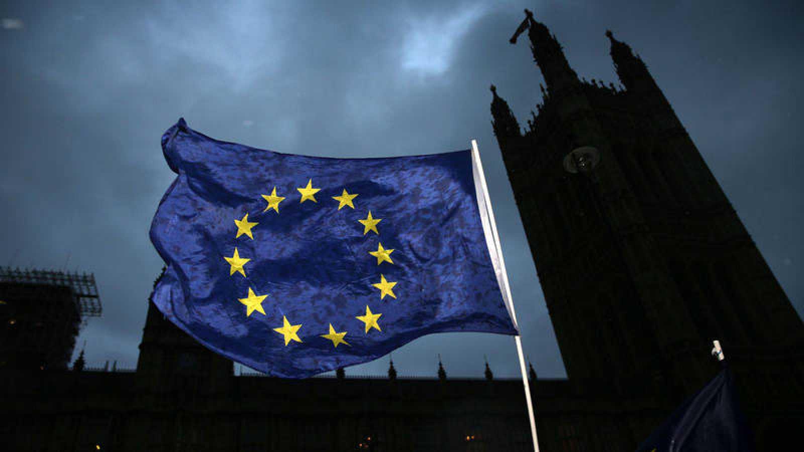 Una bandera europea ondea frente al Parlamento británico el pasado 13 de diciembre de 2017