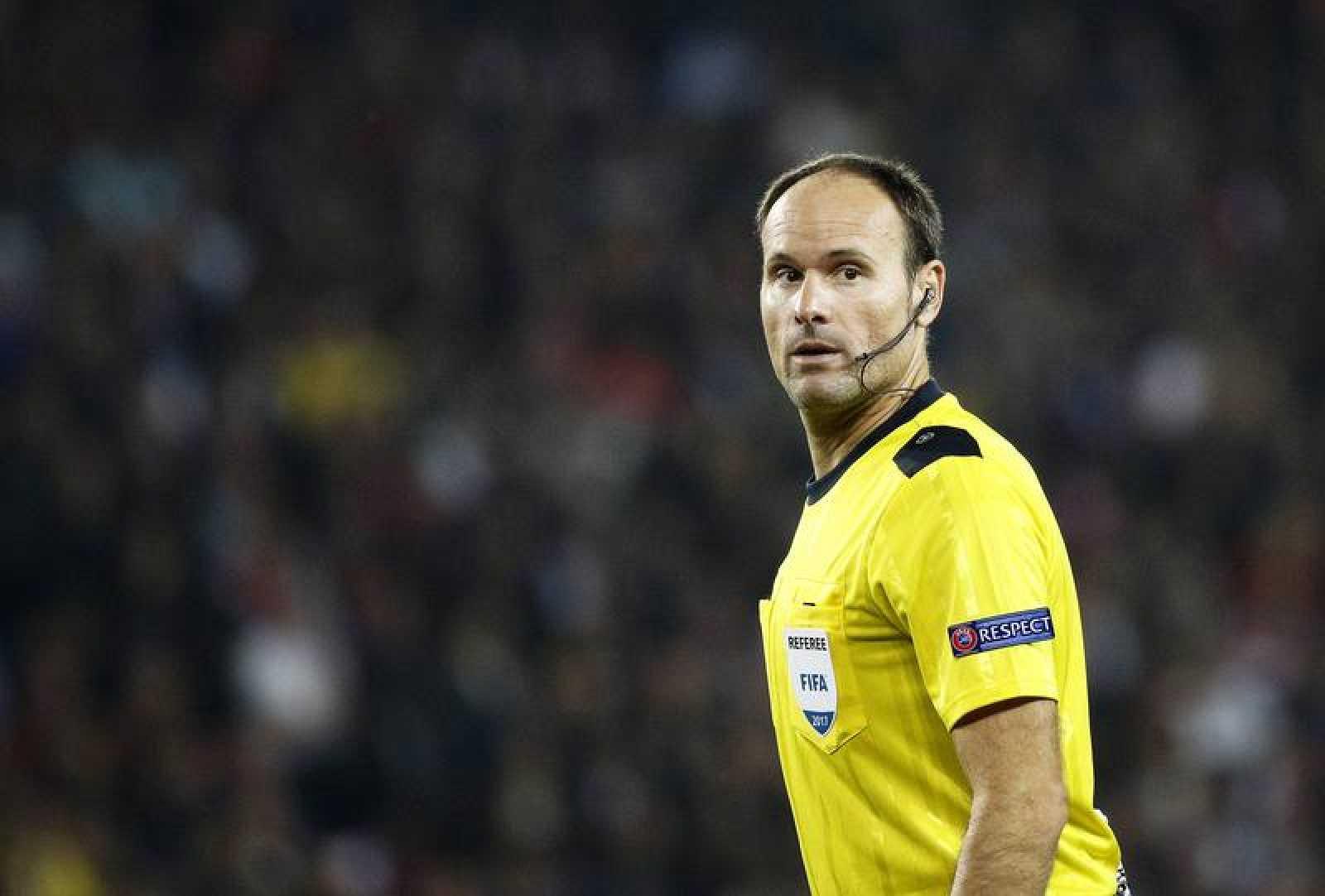 El árbitro español Antonio Mateu.