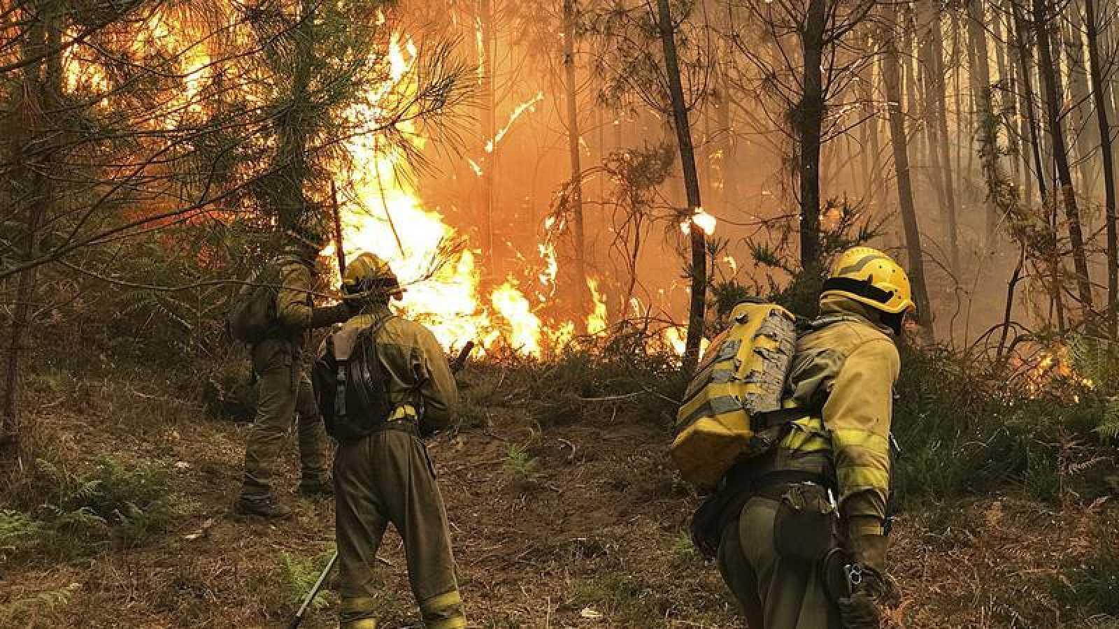 Imagen de archivo de los servicios de emergencia en un incendio en Pontevedra el pasado octubre