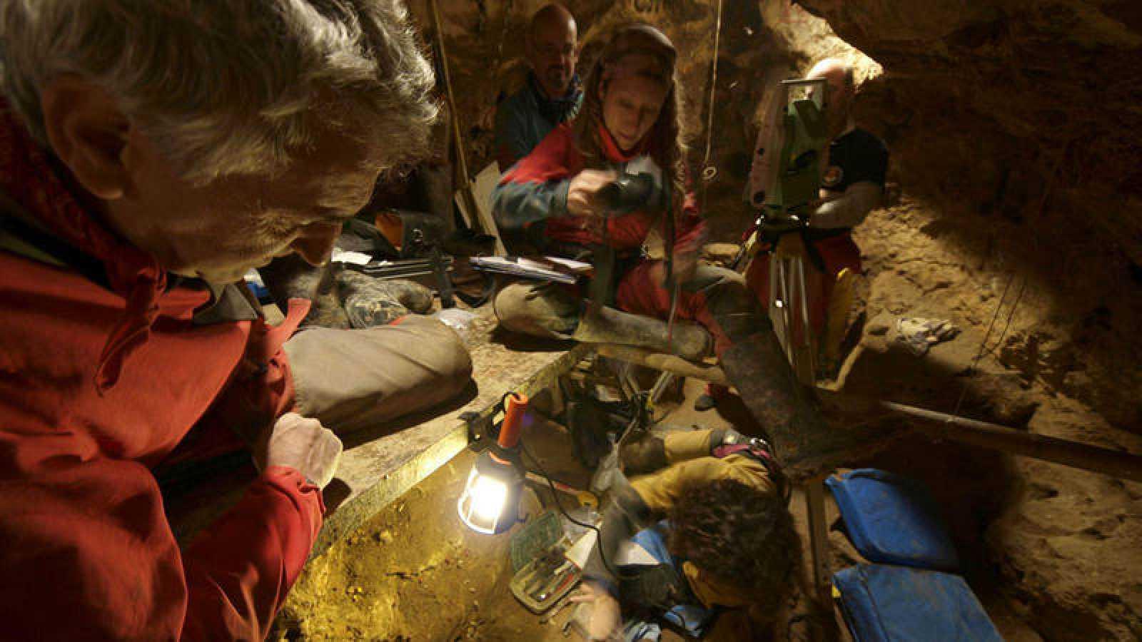 Fotografía de archivo de los trabajos desarrollados en la Sima de los Huesos del yacimiento de Atapuerca.