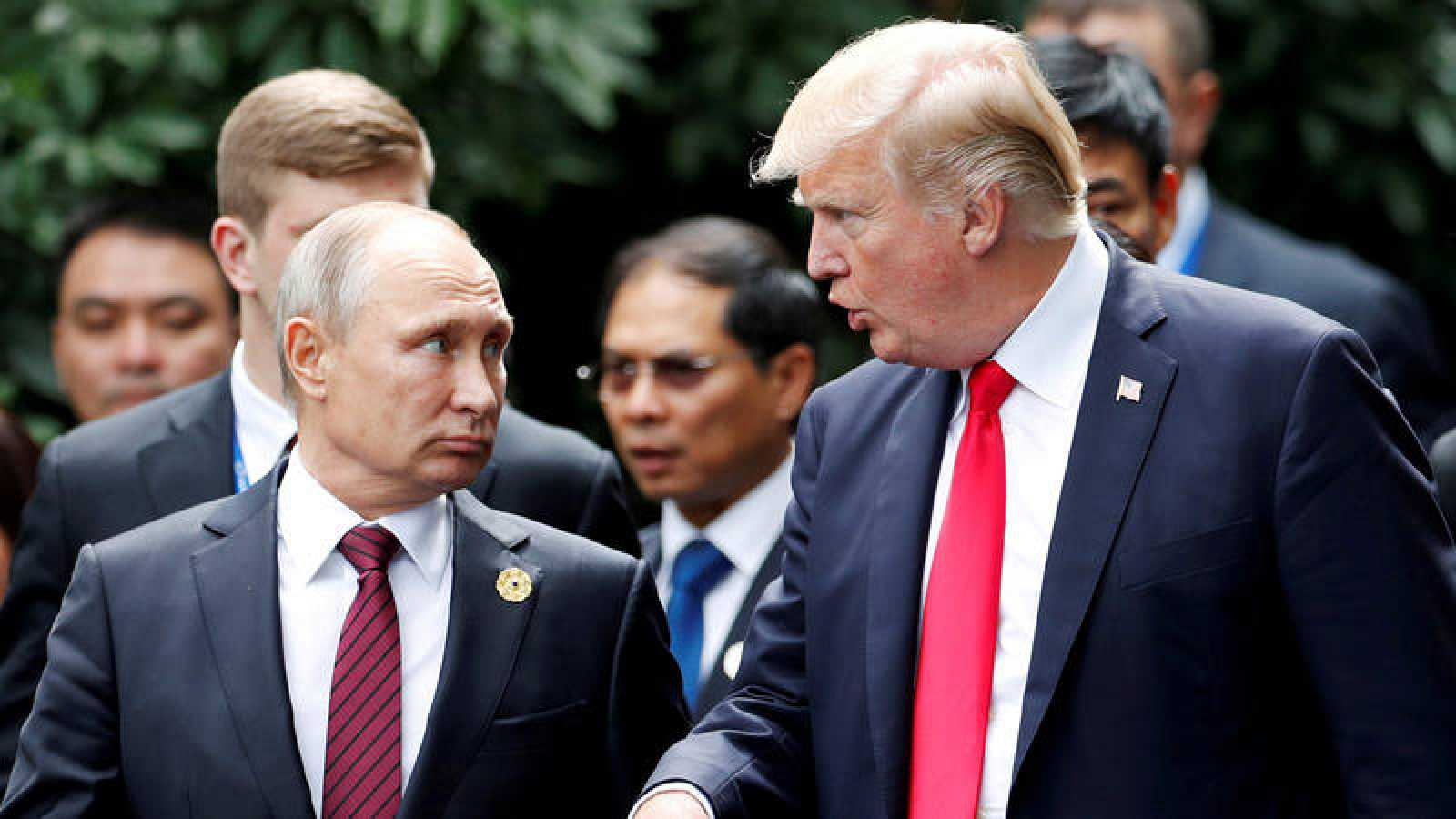 Putin charla con Trump el pasado noviembre en la cumbre de la APEC en Danang, Vietnam