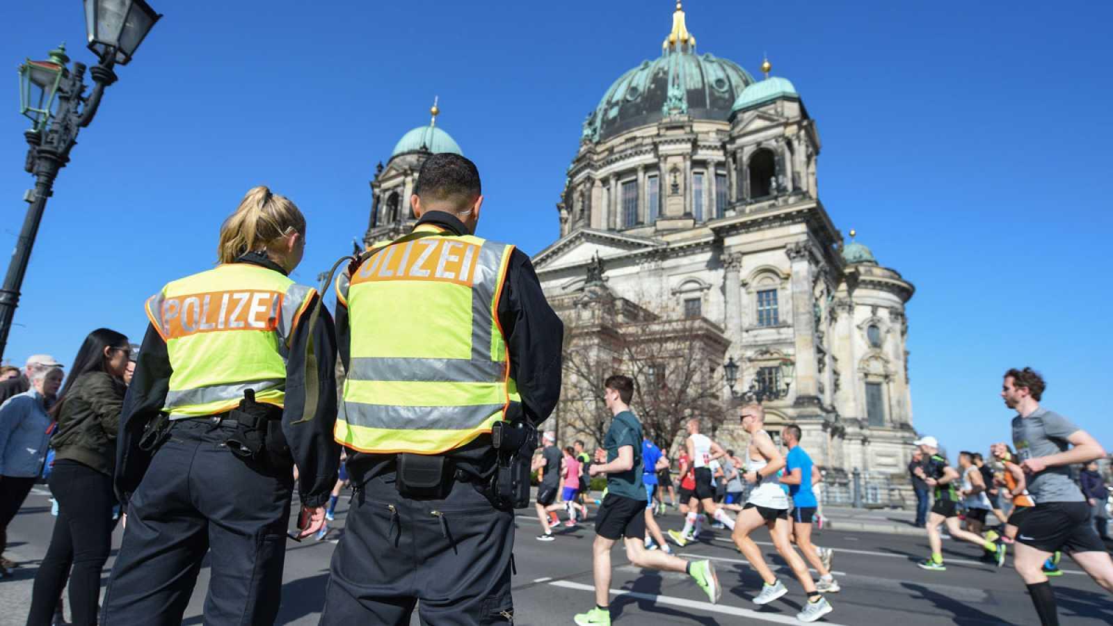 Agentes alemanes vigilan el recorrido de la media maratón en Berlín