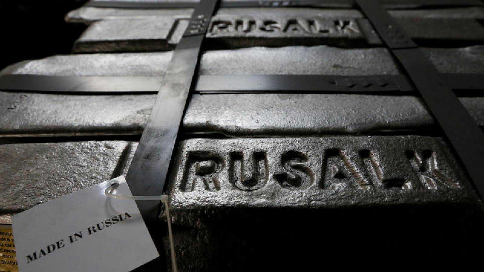 Lingotes de aluminio almacenados por la empresa Rusal en la ciudad siberiana de Krasnoyarsk