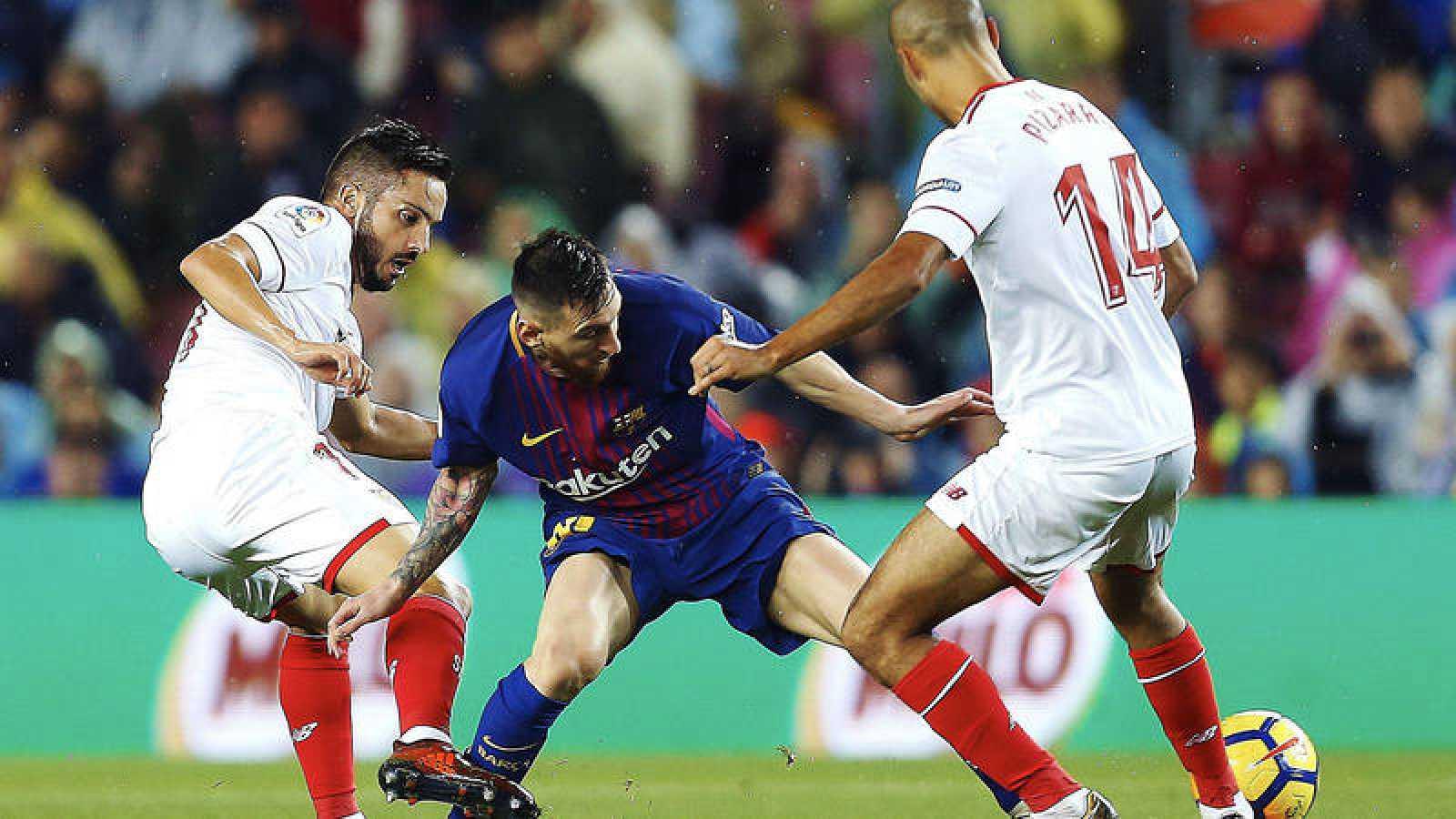 Messi, ante Sarabia y Pizarro en un partido entre Barcelona y Sevilla.