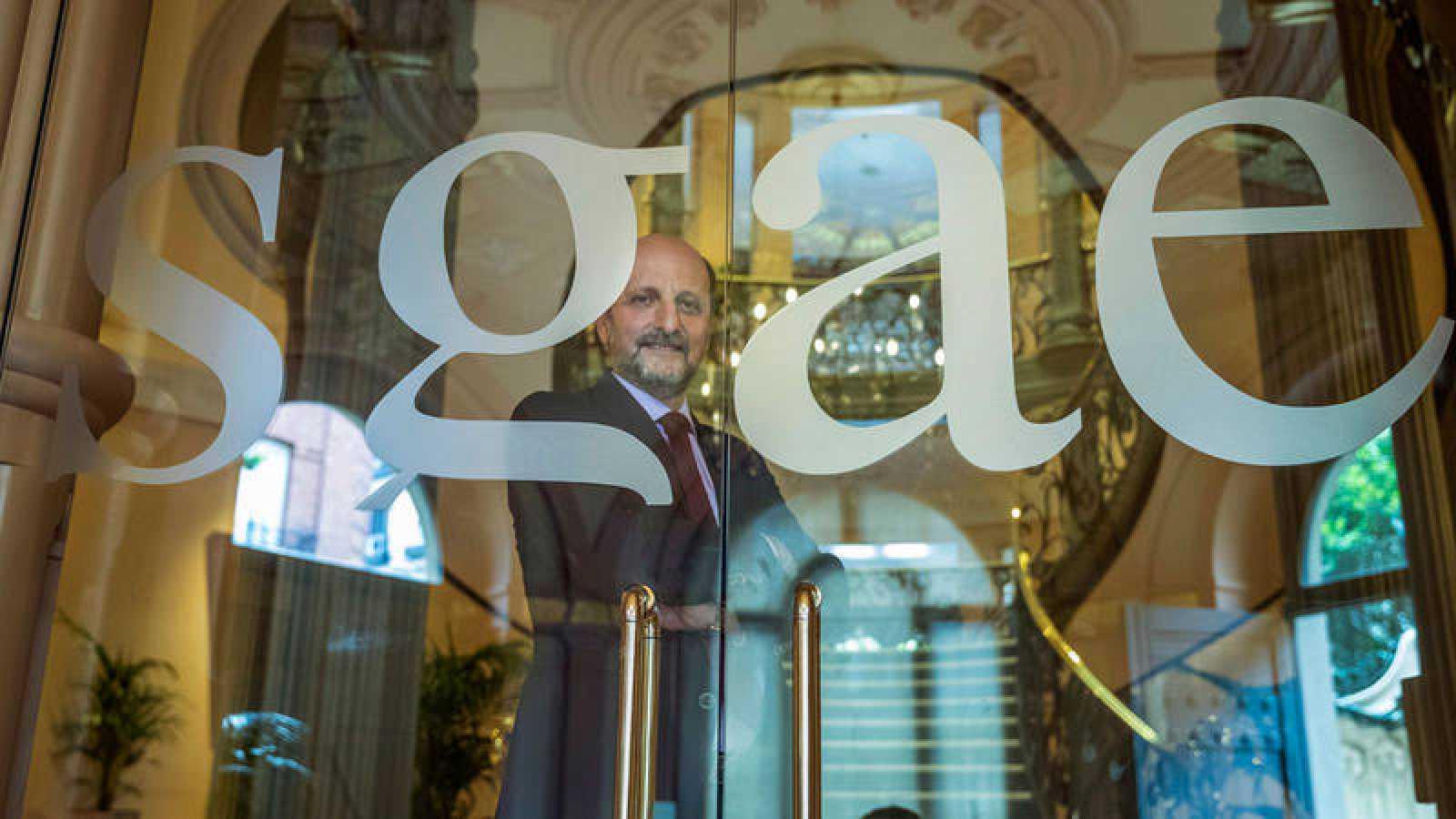 El presidente de la SGAE, José Miguel Fernández Sastrón, posa detrás de la puerta de la sede