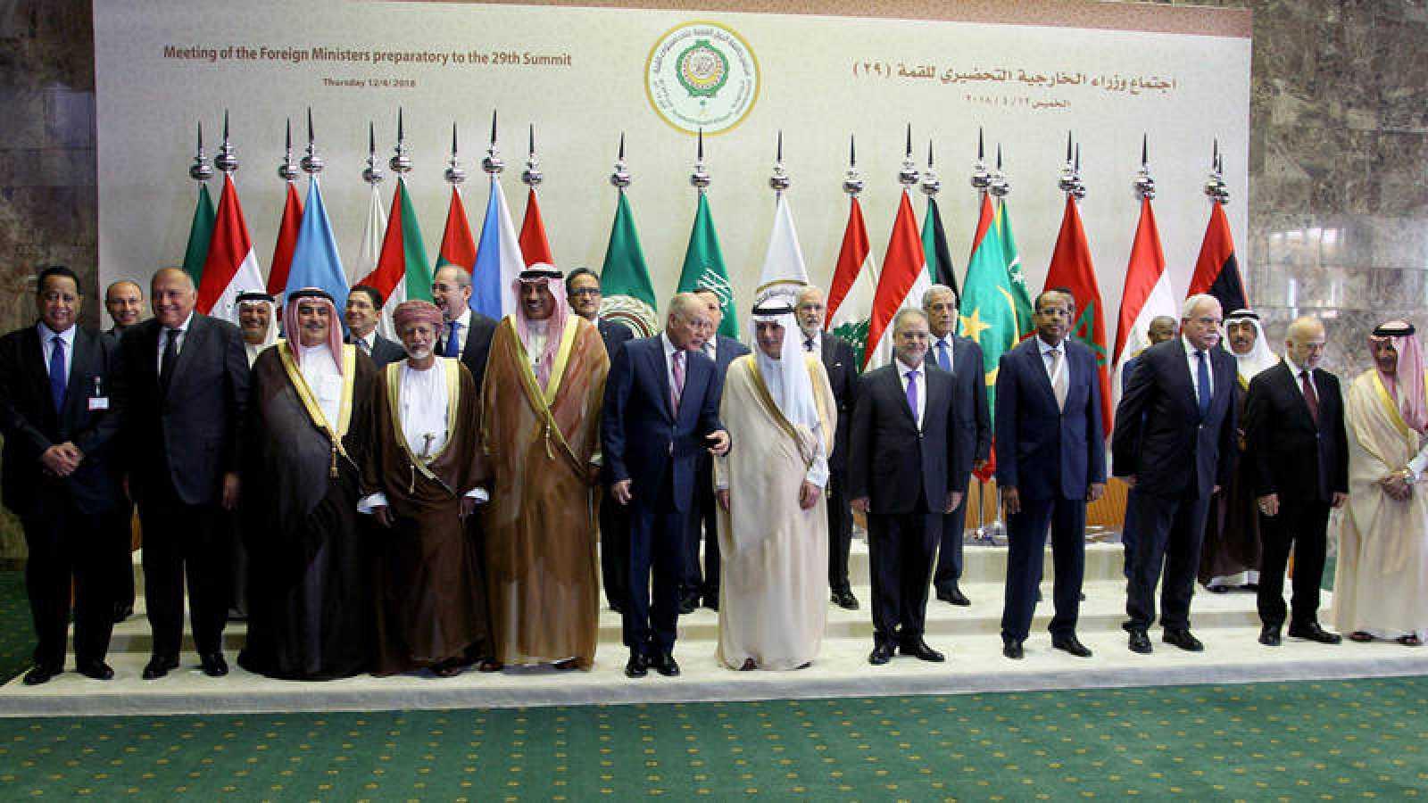 Foto de familia de los asistentes a la reunión de la Liga Árabe en Riad