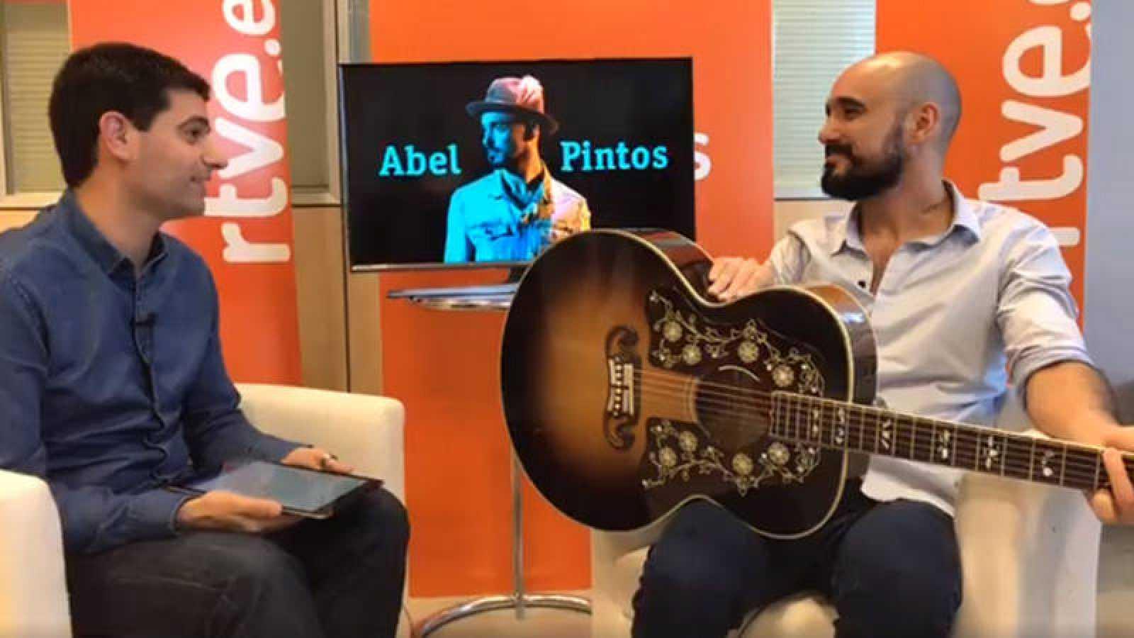 Rubén Vidal, de RTVE.es, y el cantante y compositor argentino Abel Pintos.