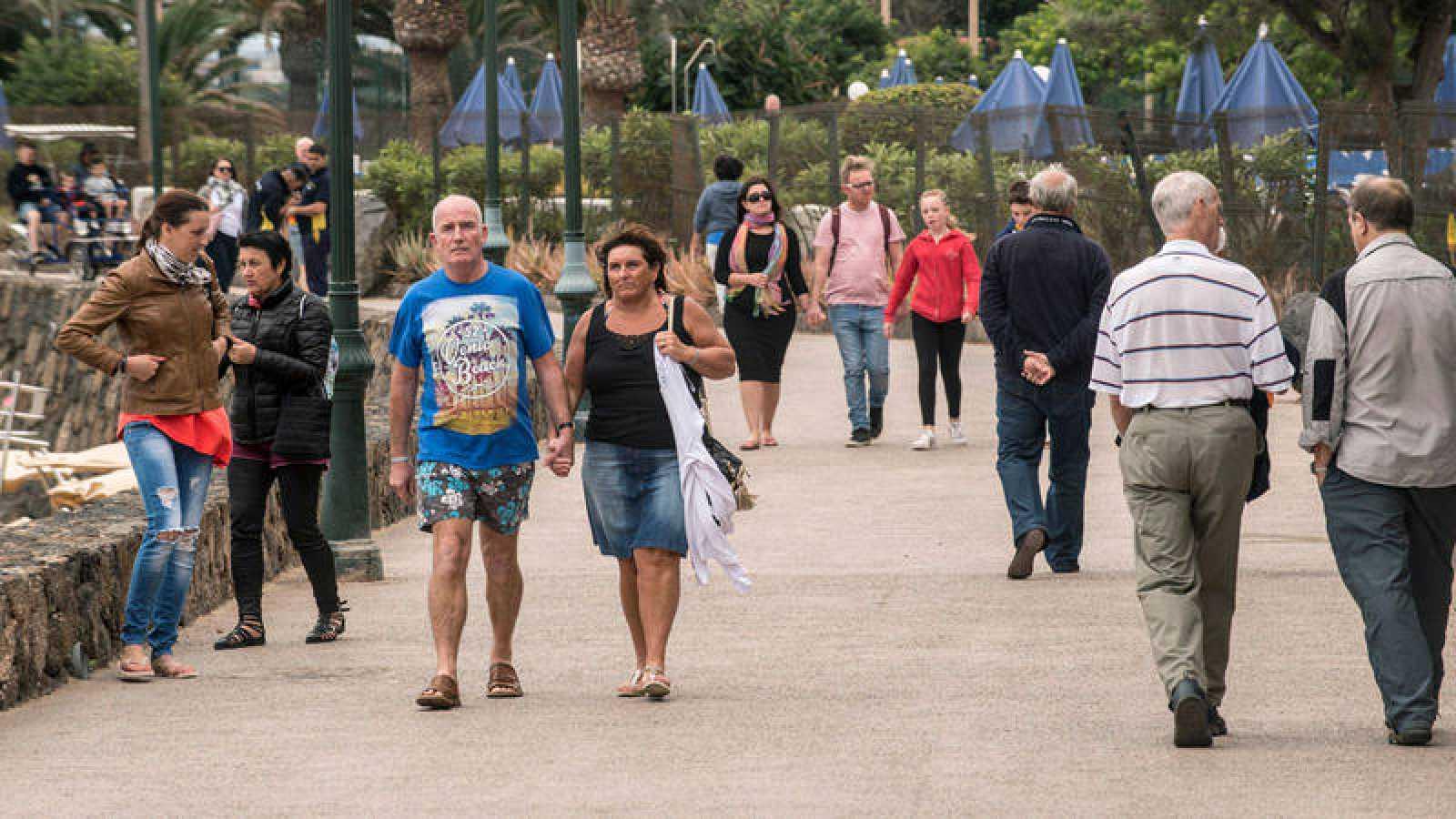 Turistas pasean por Costa Teguise, en Lanzarote