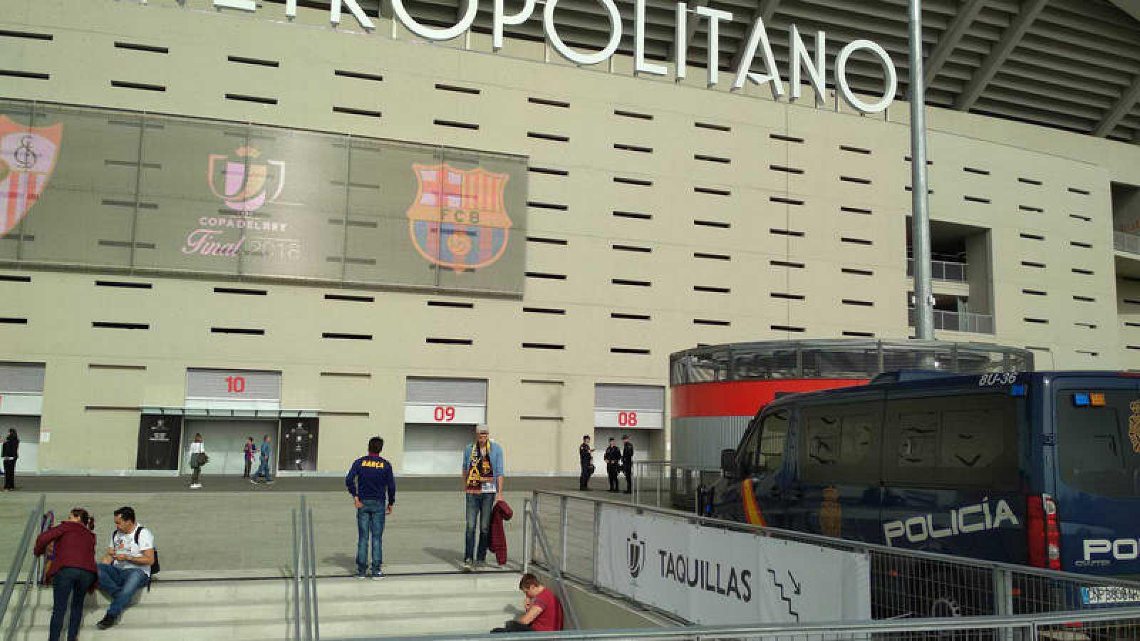 La policía que vigila los aledaños del estadio es la última frontera del dispositivo de seguridad de la final de Copa del Rey.