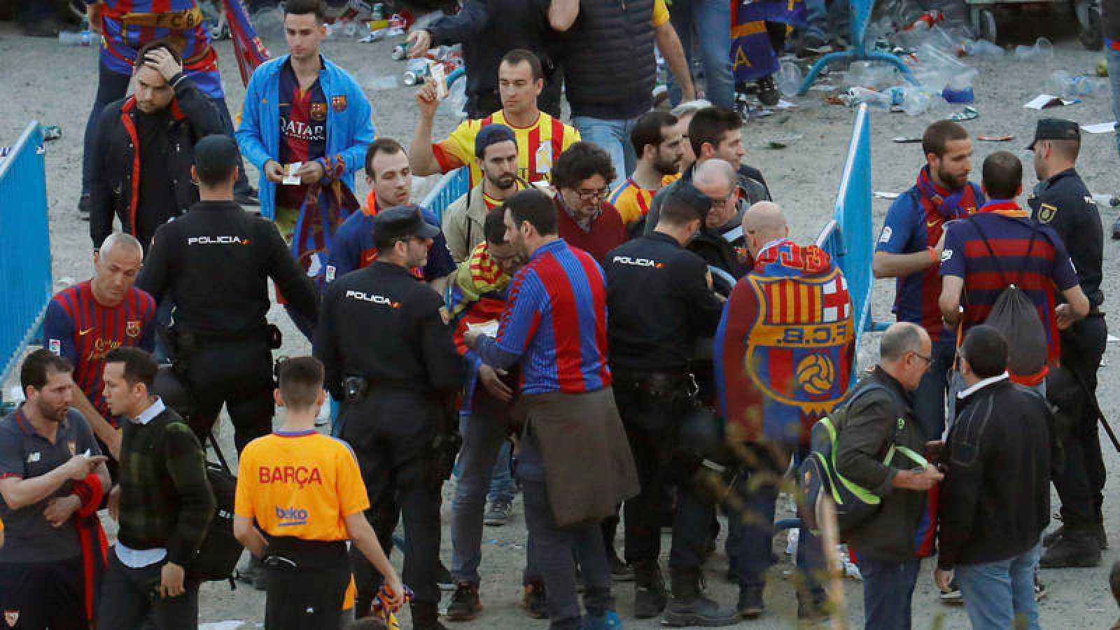Registros y cacheos a aficionados del Barça en la entrada al Wanda Metropolitano.