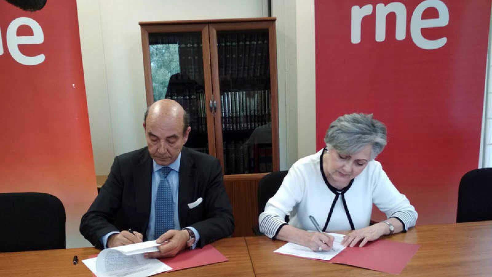 El director de RNE, Alfonso Nasarre, y la presidenta de la Asociación Feria del Libro de Sevilla, Esperanza Alcaide Rico.