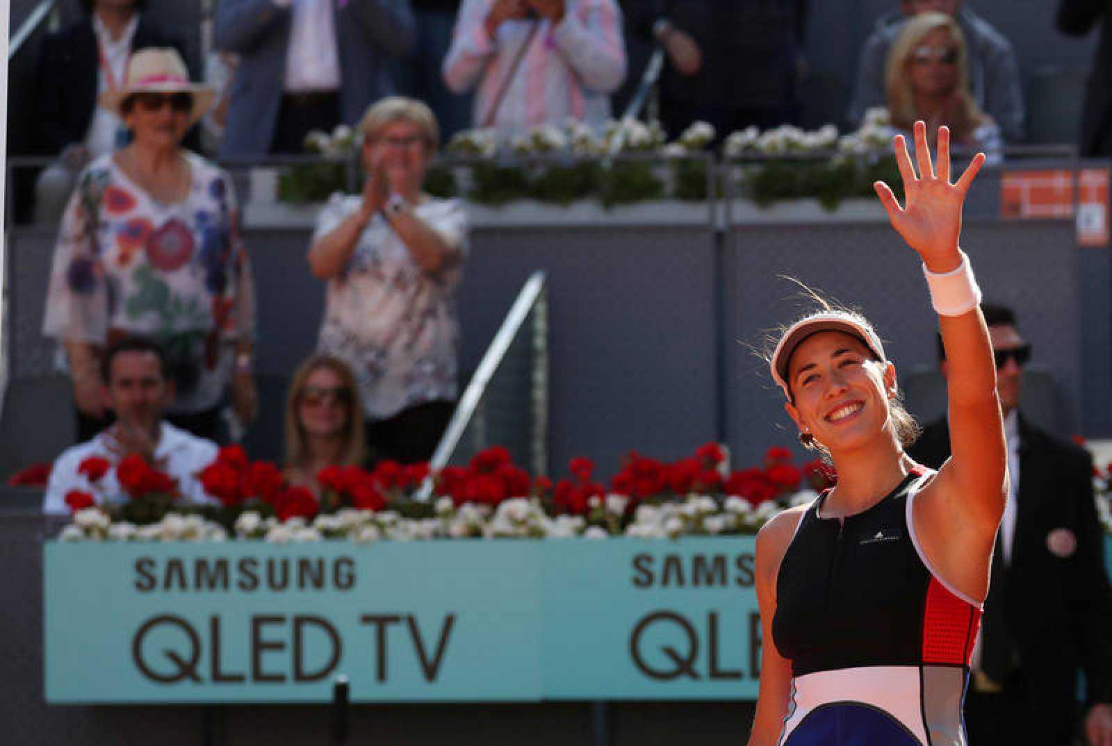 Garbiñe Muguruza celebra con el público madrileño su victoria.