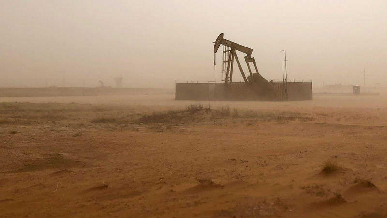 Un pozo de petróleo en la región texana de Midland durante una tormenta de arena
