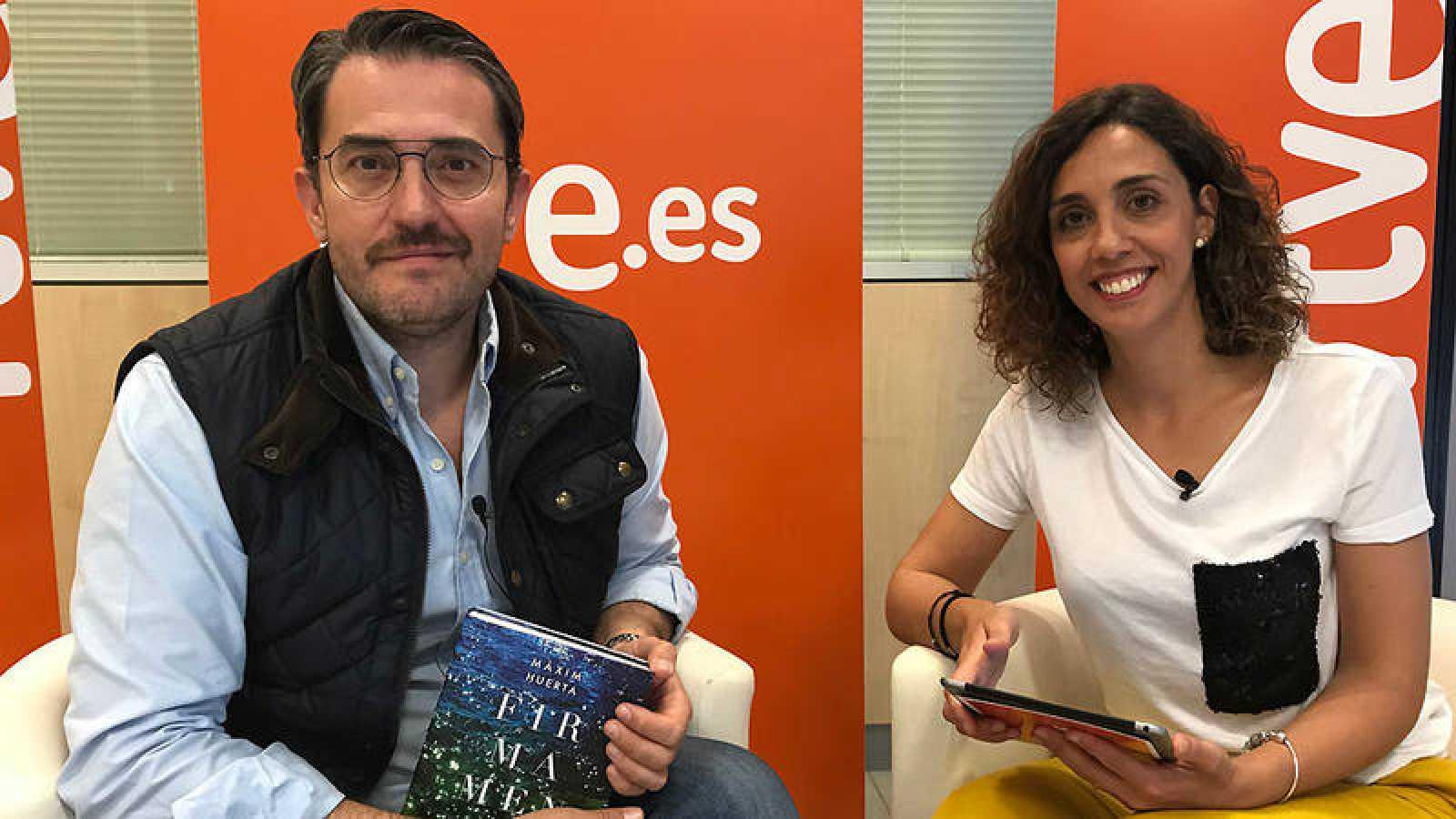 Màxim Huerta con Raquel M. Alonso y su novela 'Firmamento'