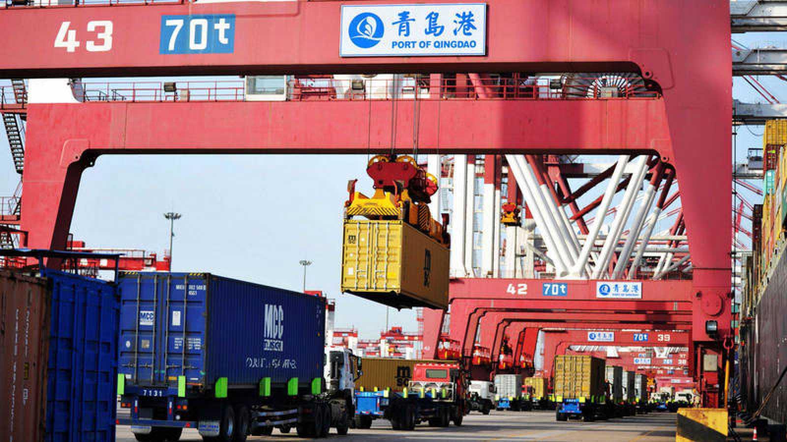 Transporte de contenedores en el puerto chino de Qingdao
