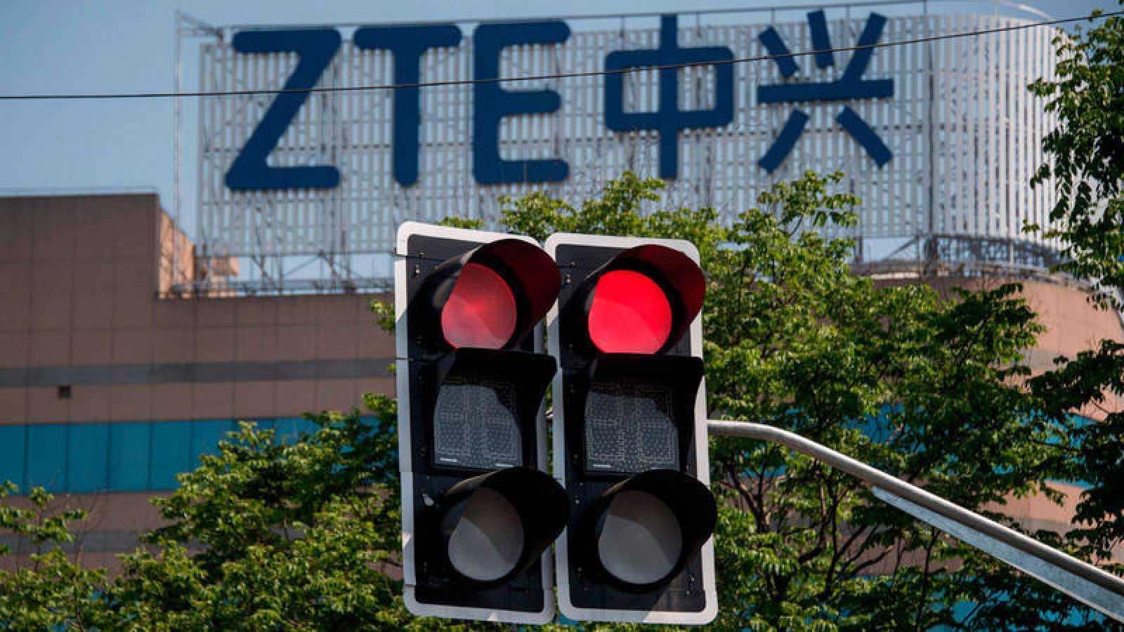 Logo de la empresa tecnológica ZTE en un edificio de la ciudad china de Shanghai