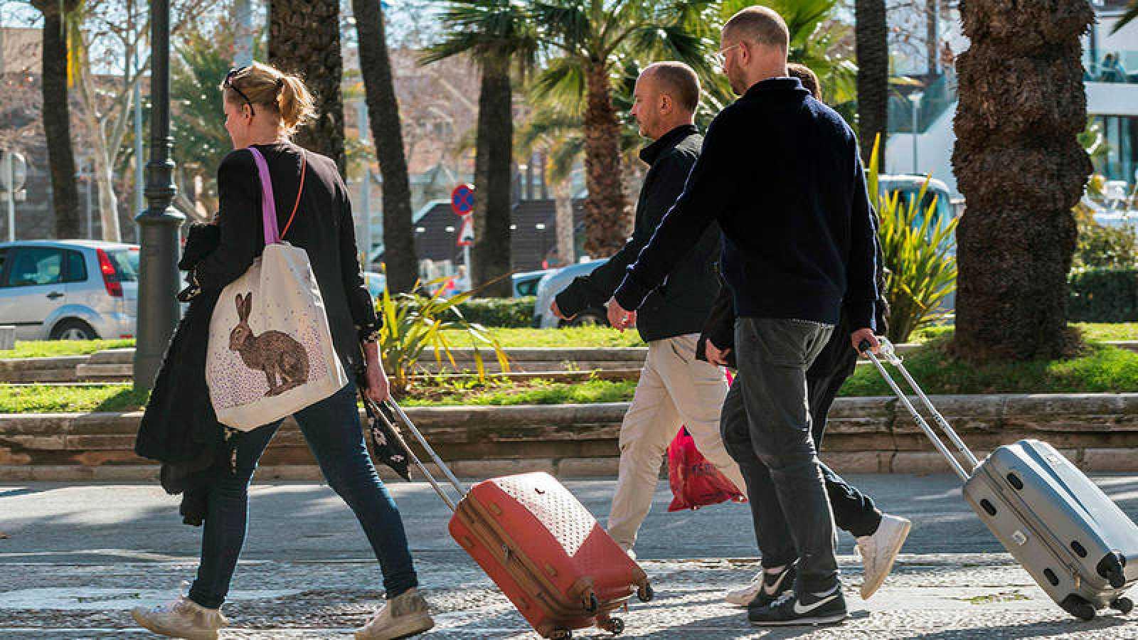 Foto de archivo de turistas desembarcando en Palma