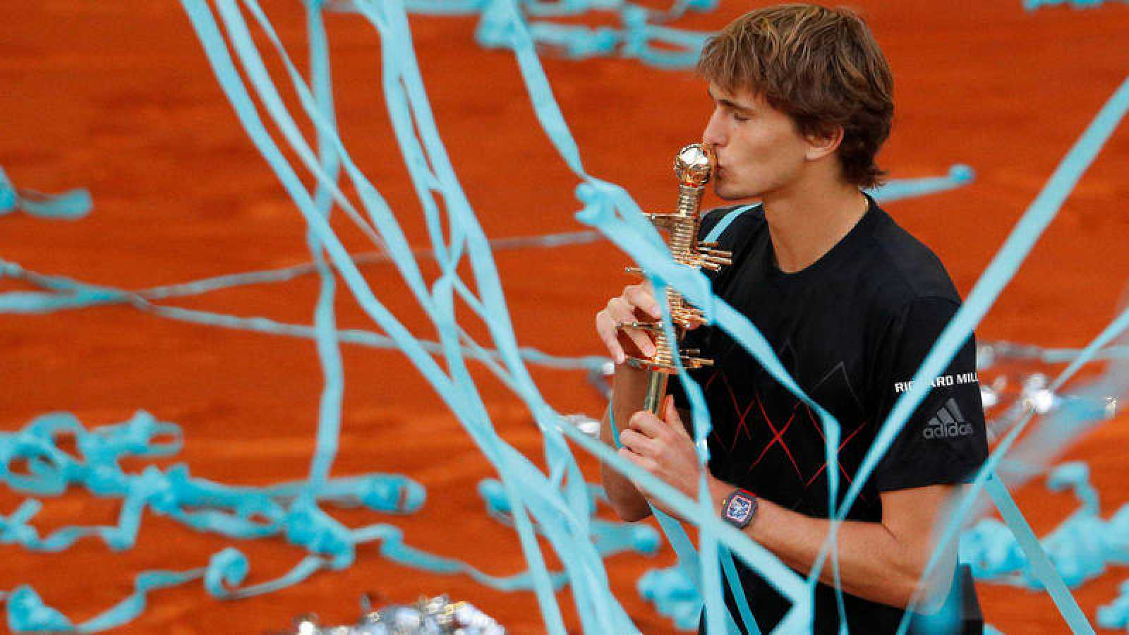 Alexander Zverev besa el trofeo que le acredita ganador del Mutua Madrid Open.