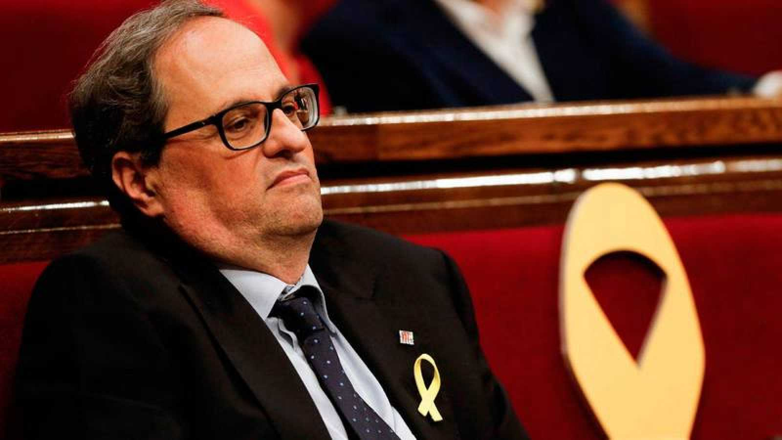 Torra, junto con el lazo amarillo en el escaño de Puigdemont