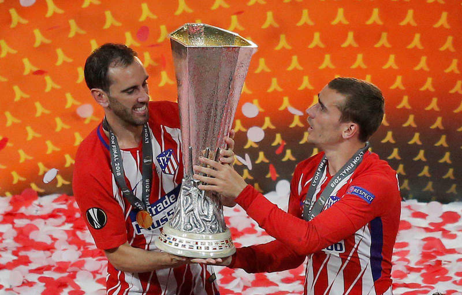 Godín y Griezmann con el trofeo de la Europa League.
